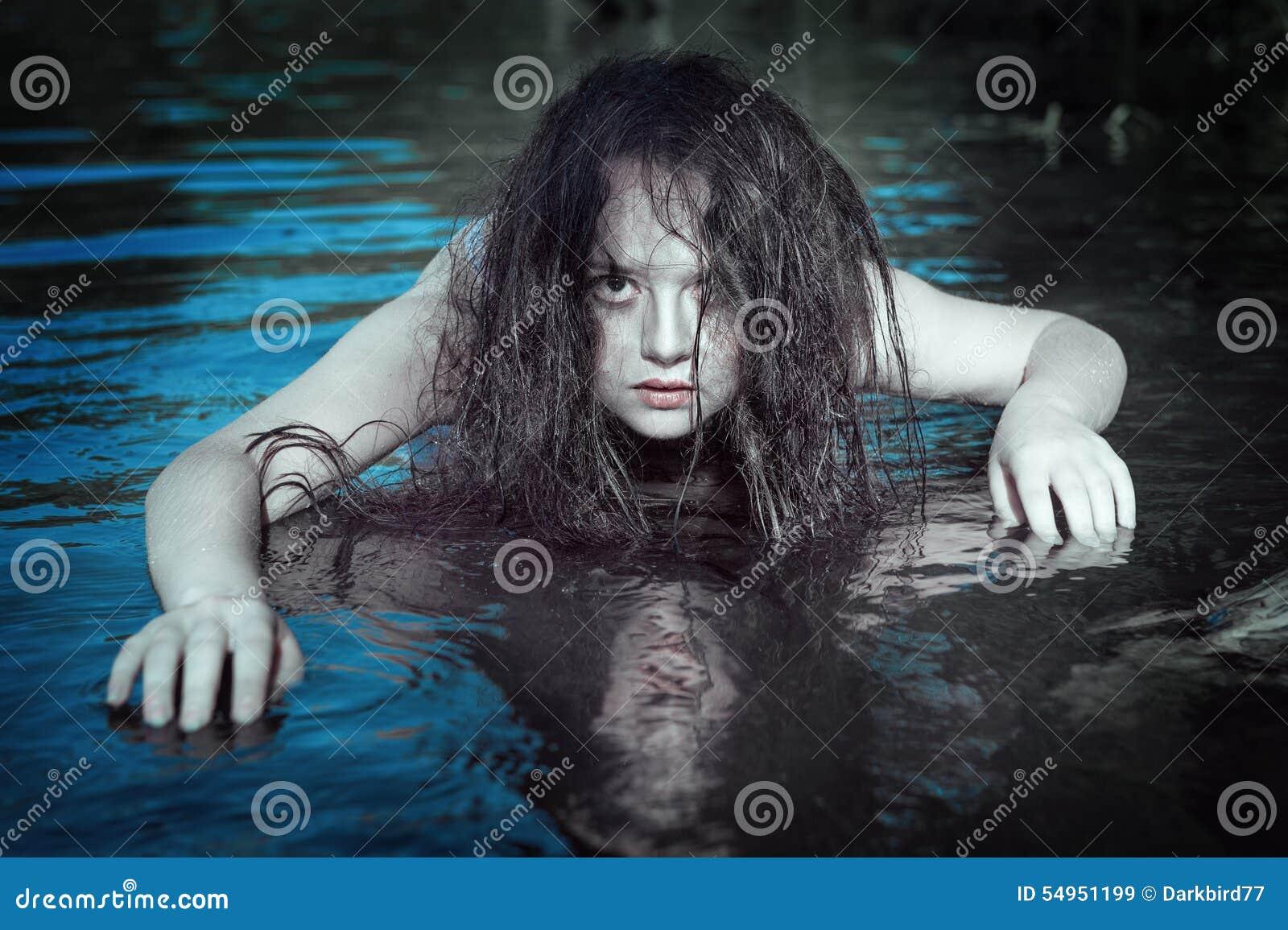 Ung härlig drunknad spökekvinna i vattnet