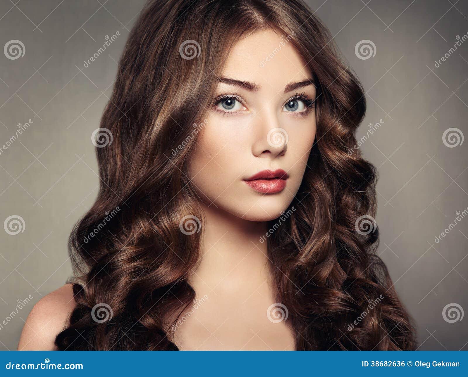Ung härlig kvinna för stående med lockigt hår