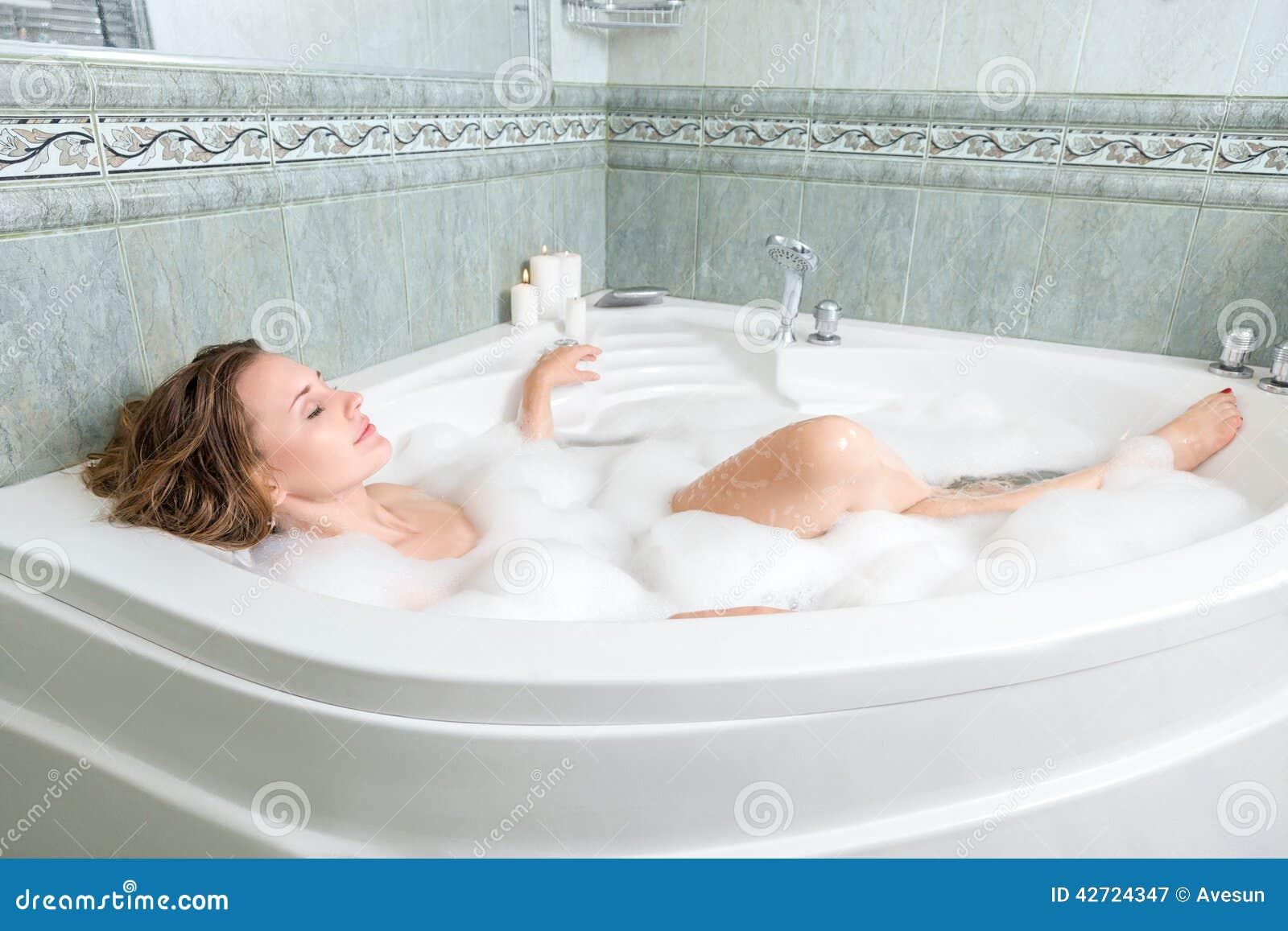 Ung härlig kvinna i ett bad