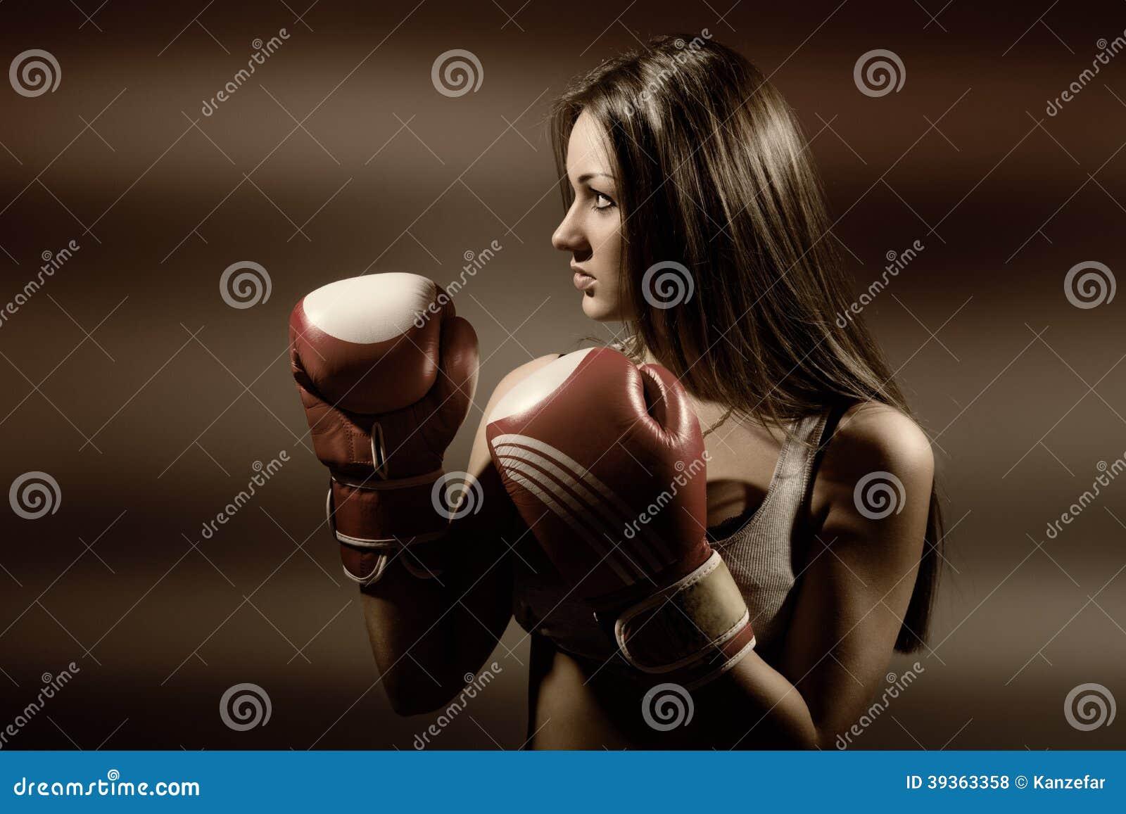Ung härlig kvinna under kondition och boxning