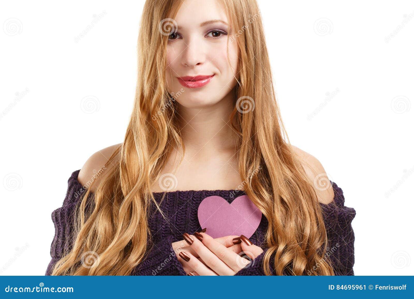 Ung härlig le kvinna med långt blont hår i mörk purp
