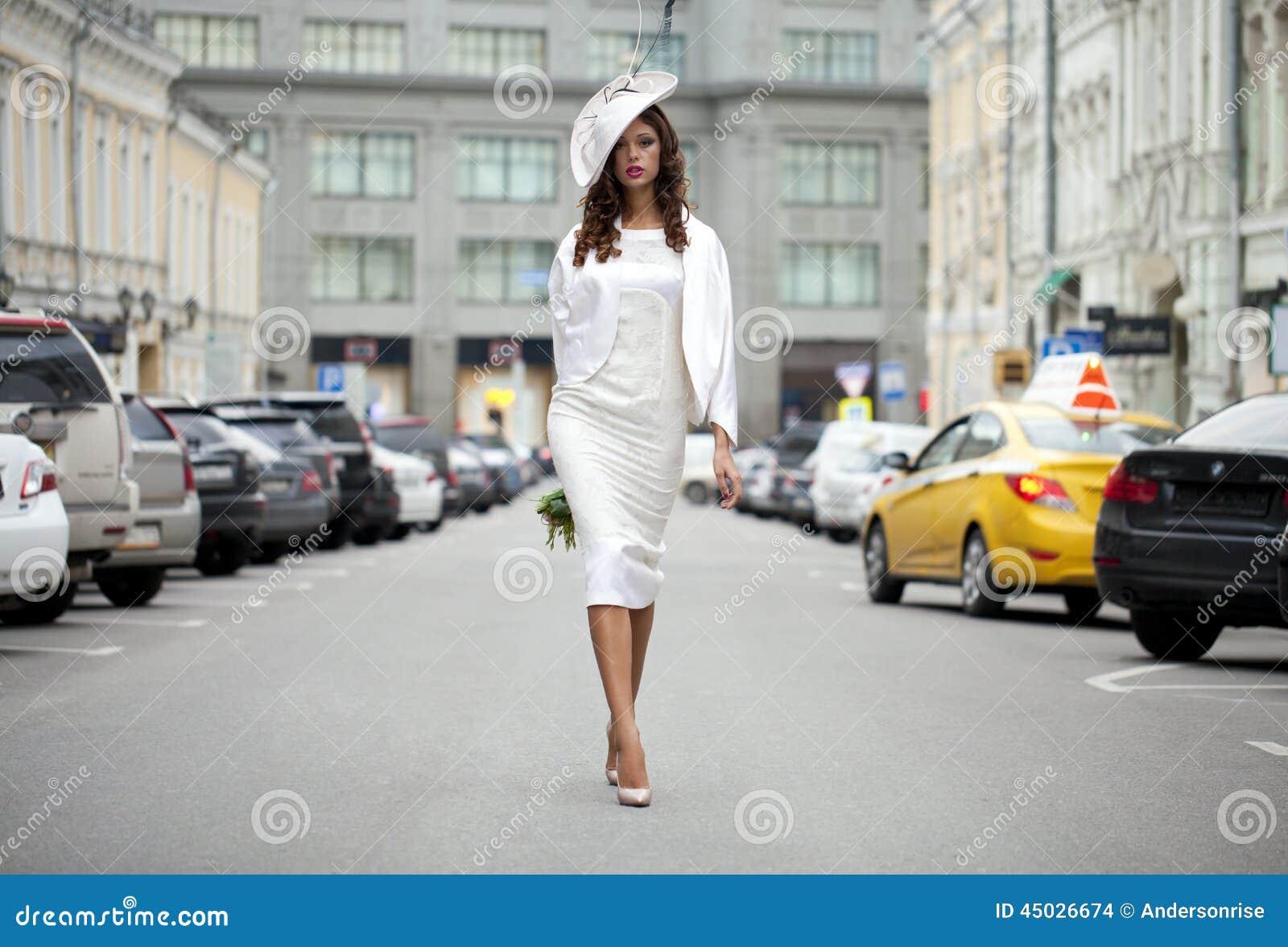 Ung härlig modell i stilfull märkes- kläder