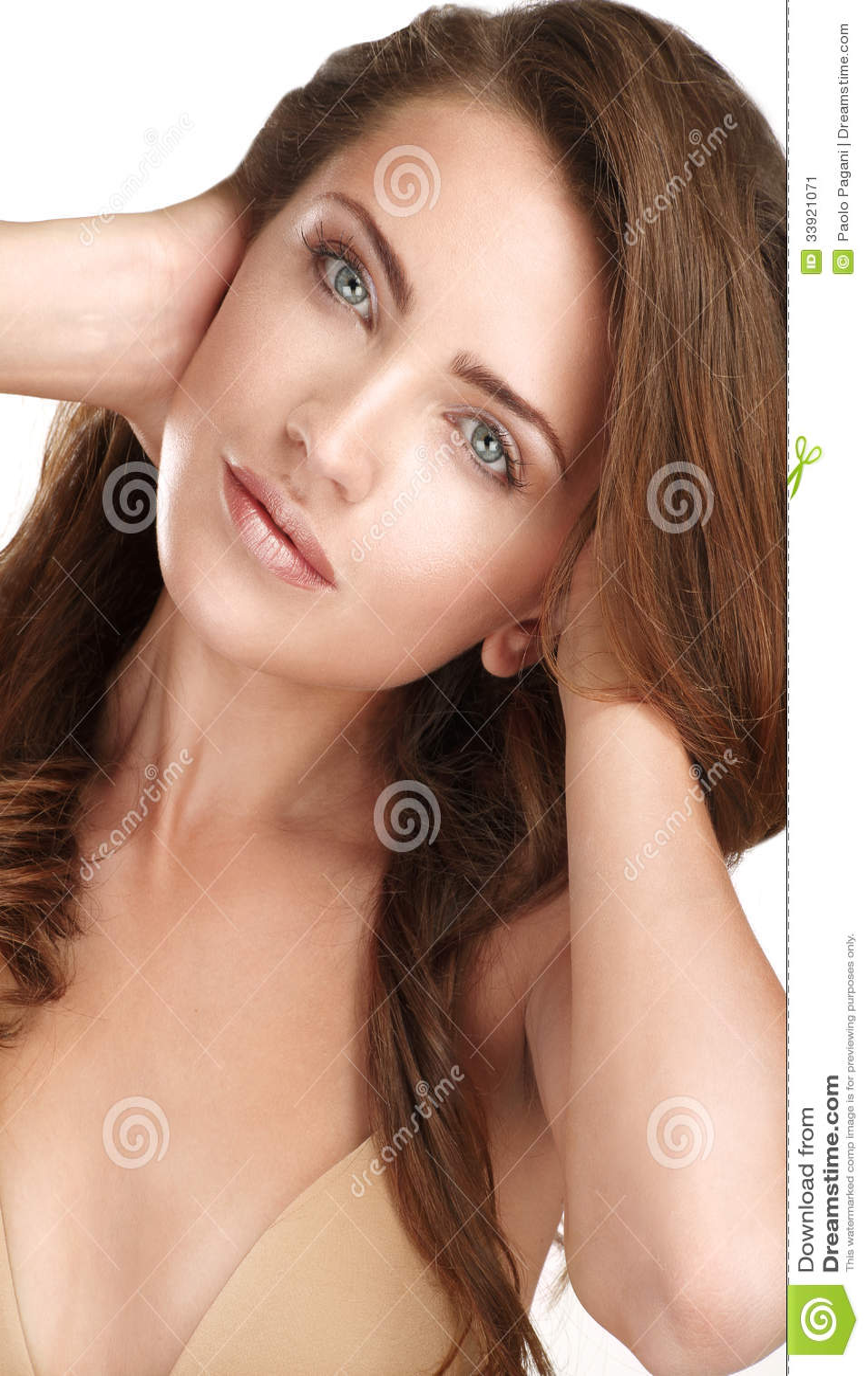 Ung härlig modell som visar henne långt rött hår