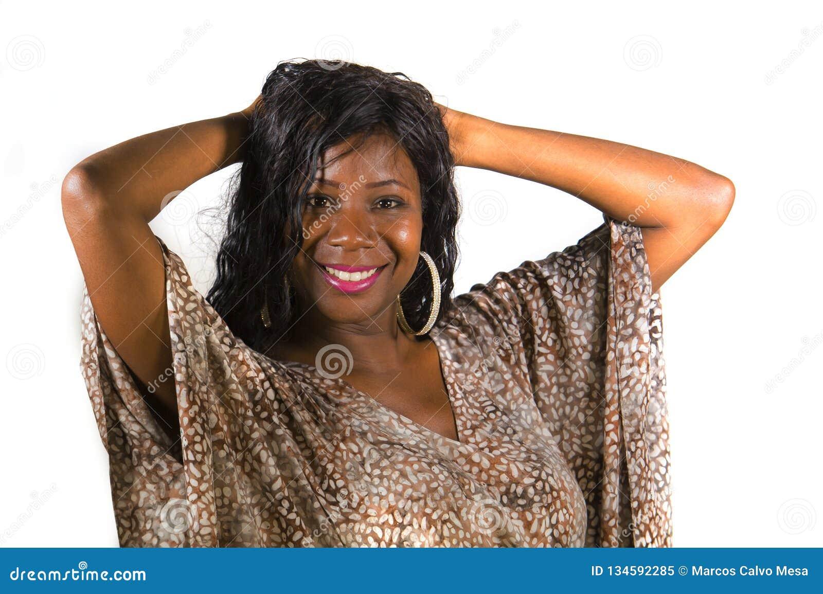 Ung härlig och lycklig svart afrikansk amerikankvinna i kallt exotiskt le för klänning som är gladlynt och realitet som isoleras