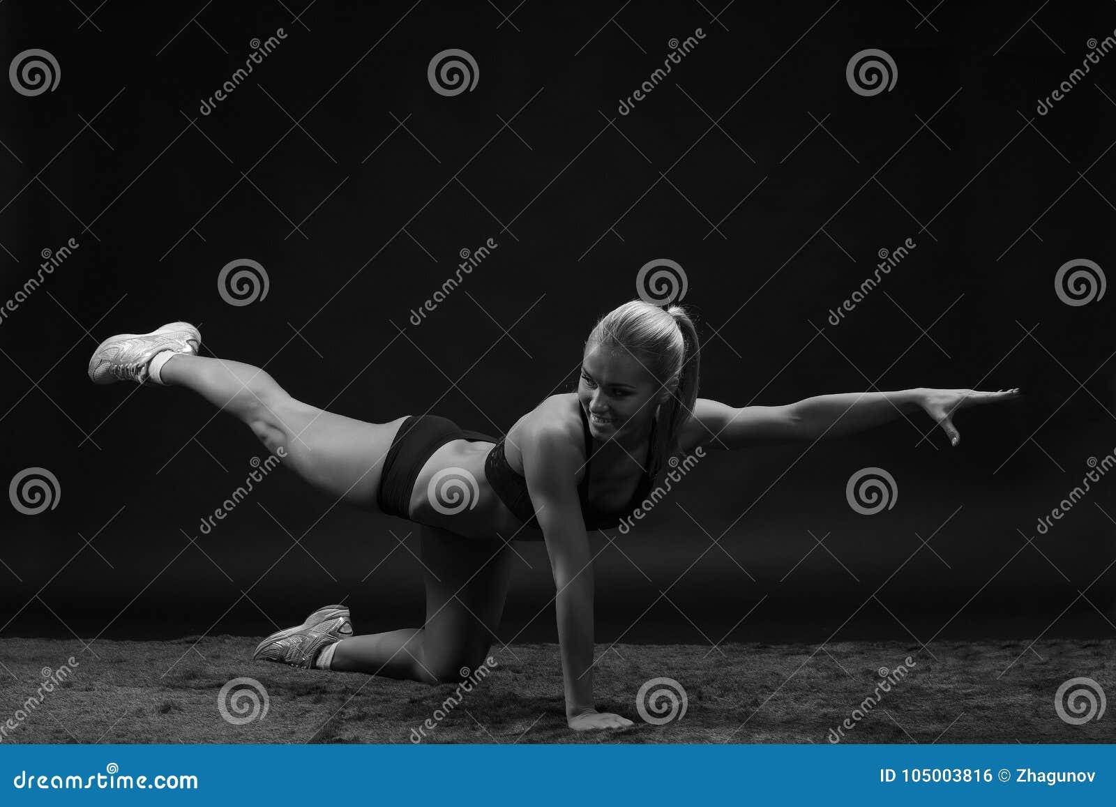 Ung härlig sportig sträckning för kvinnapassformidrottskvinna