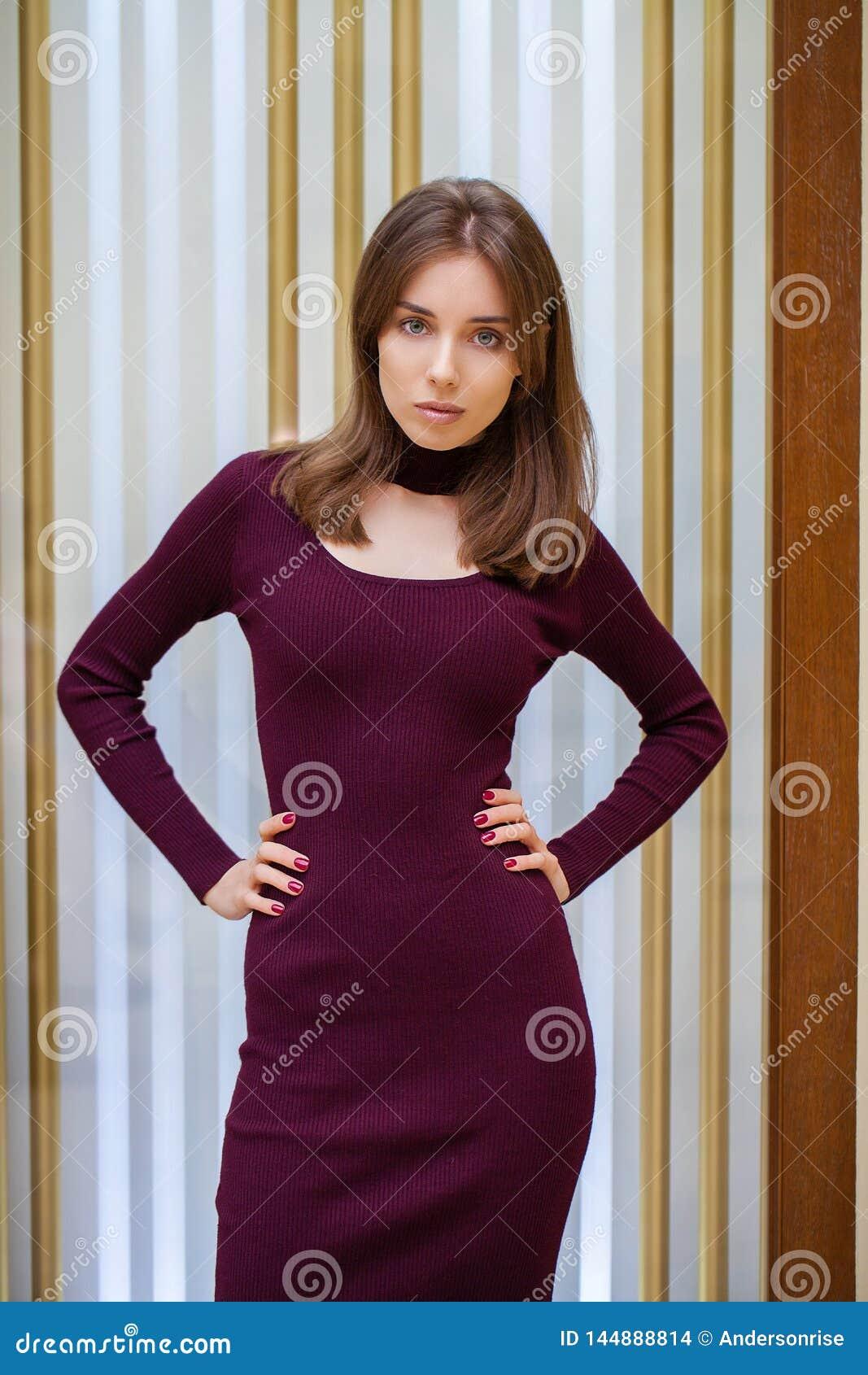 Ung h?rlig brunettmodell i kl?nning