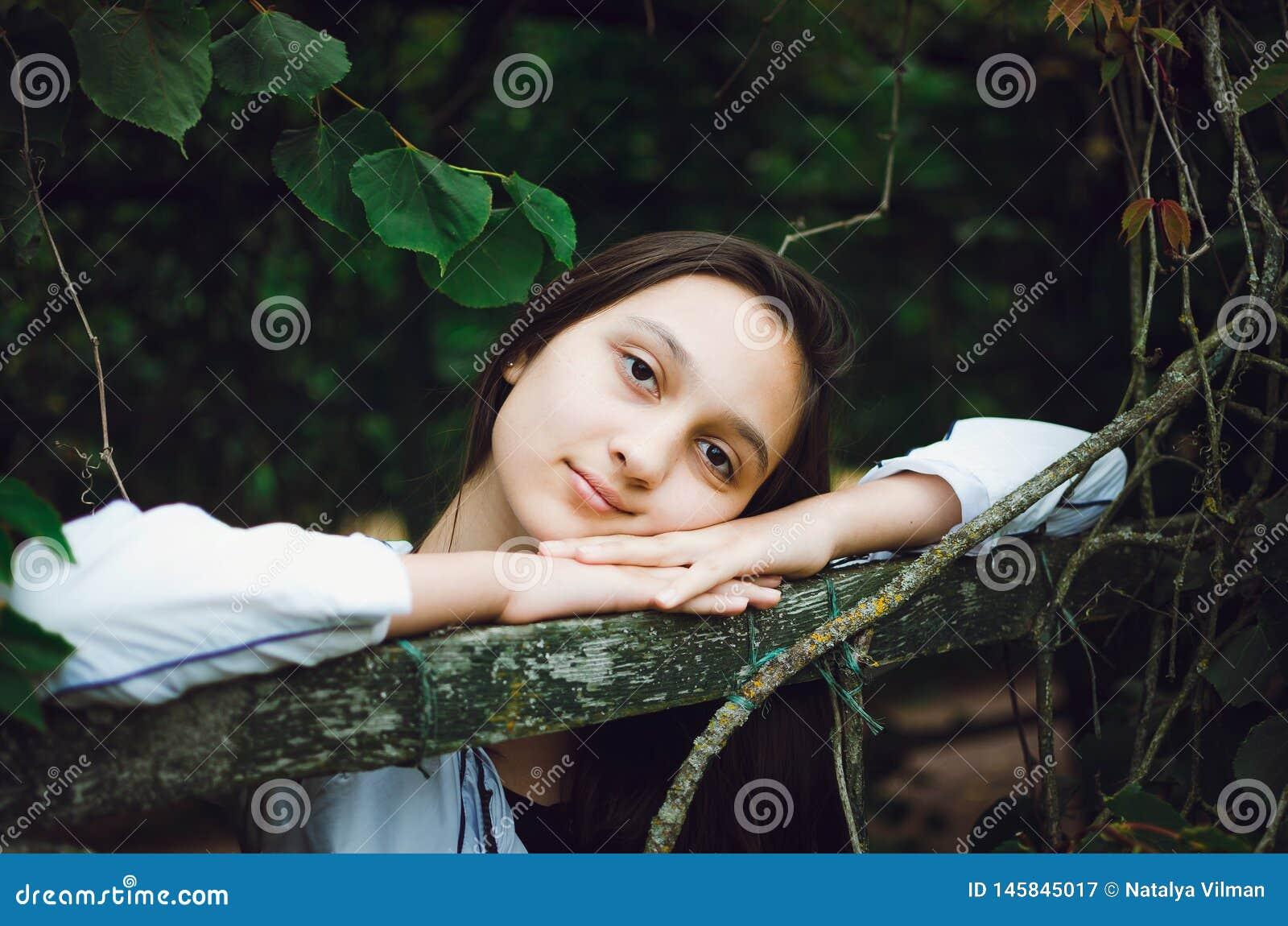 Ung h?rlig flicka p? bakgrunden av naturen