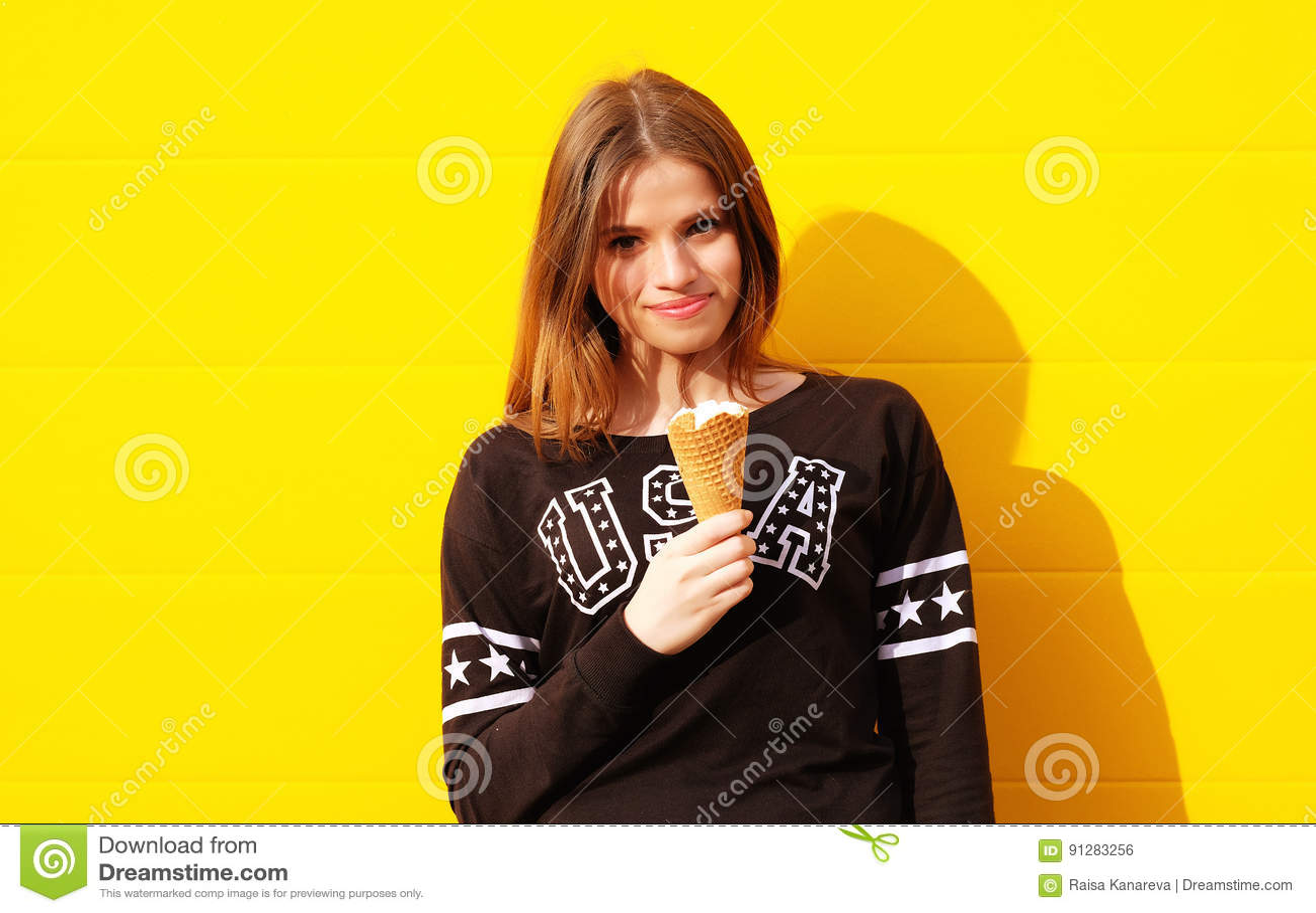 Ung hipsterflicka med glass