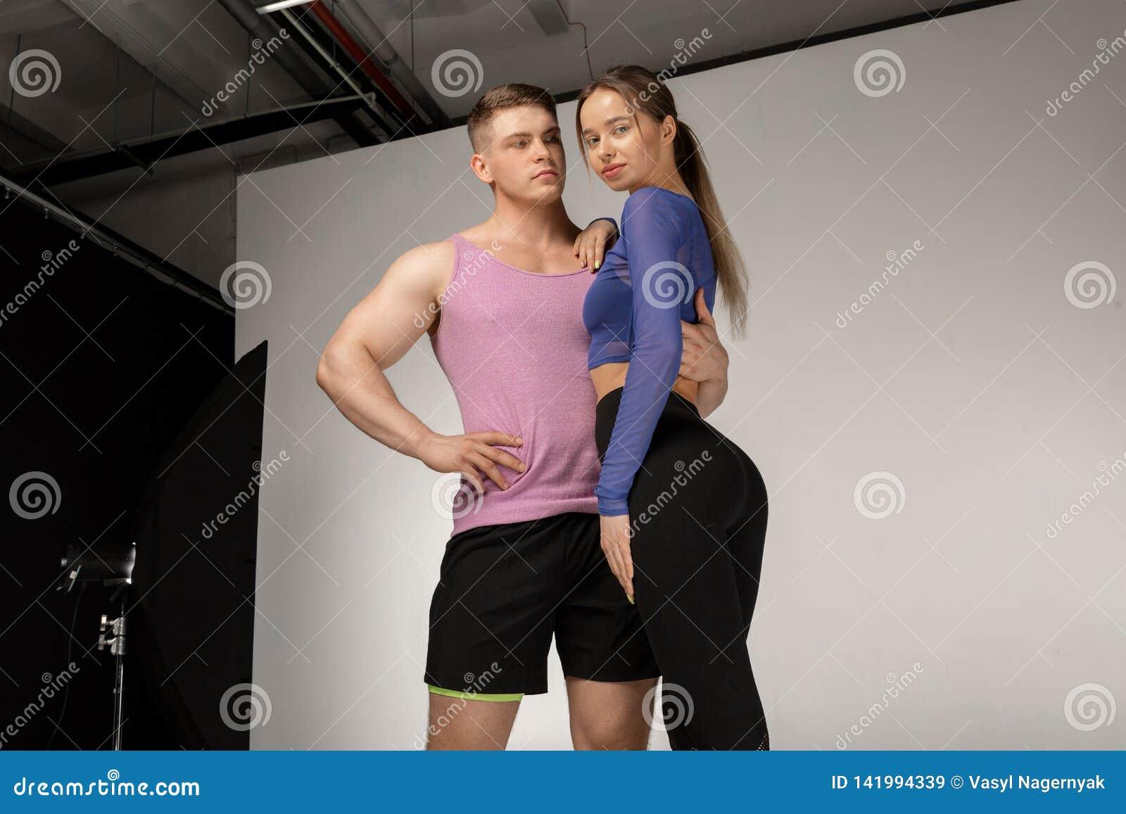 Ung idrotts- shirtless man och härlig kvinna i svart sportswear