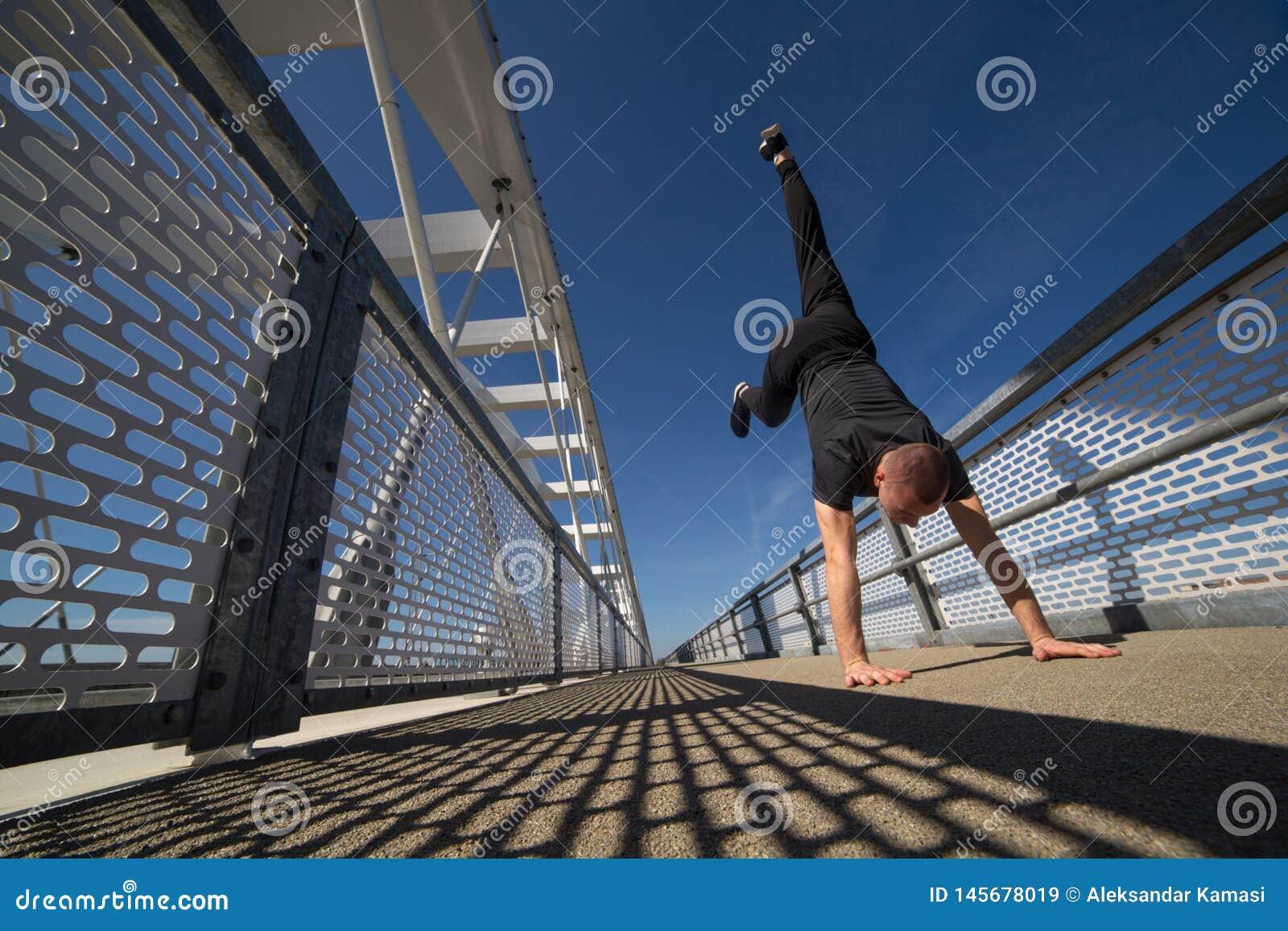 Ung idrottsman nen Practicing Outdoor