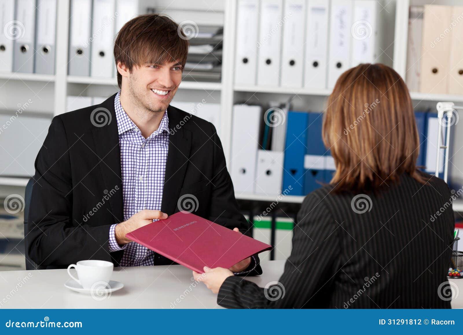 Ung kandidat som ser affärskvinnan Taking Interview
