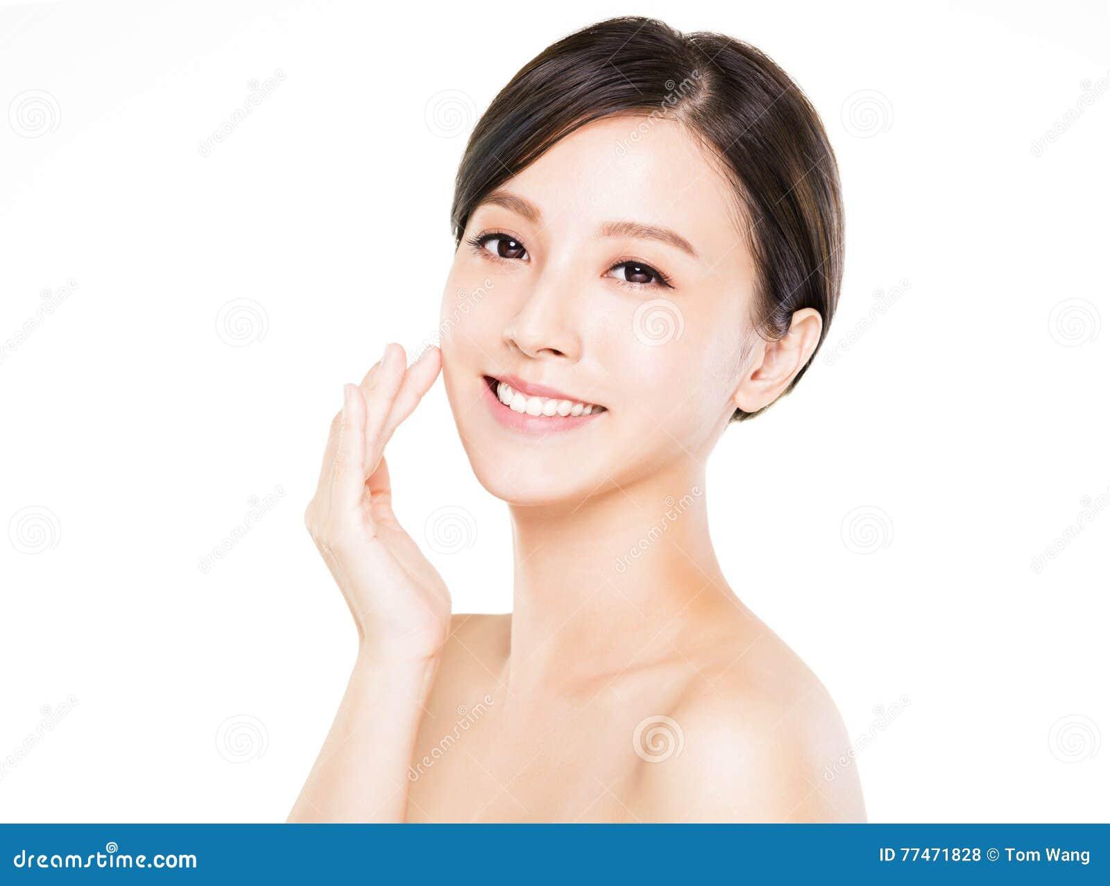 Ung kvinna för Closeup som ler framsidan med ren hud