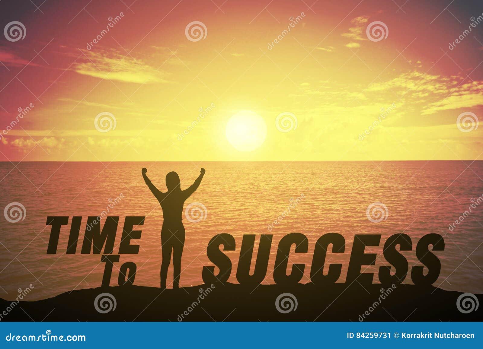 Ung kvinna för kontur som upp står och i rätt tid lyfter hennes hand om vinnarebegrepp till framgångtext