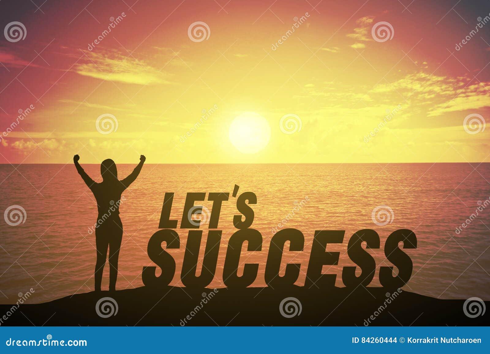 Ung kvinna för kontur som upp står och lyfter handen som vinnarebegrepp på framgångtext över en härlig solnedgång eller soluppgån