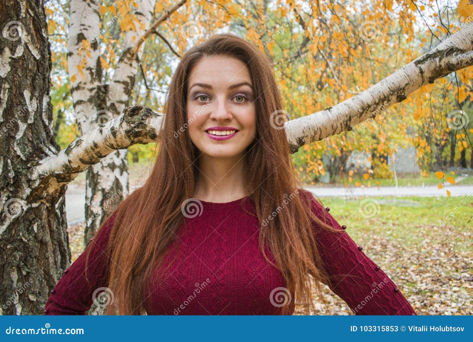 Ung kvinna i höst