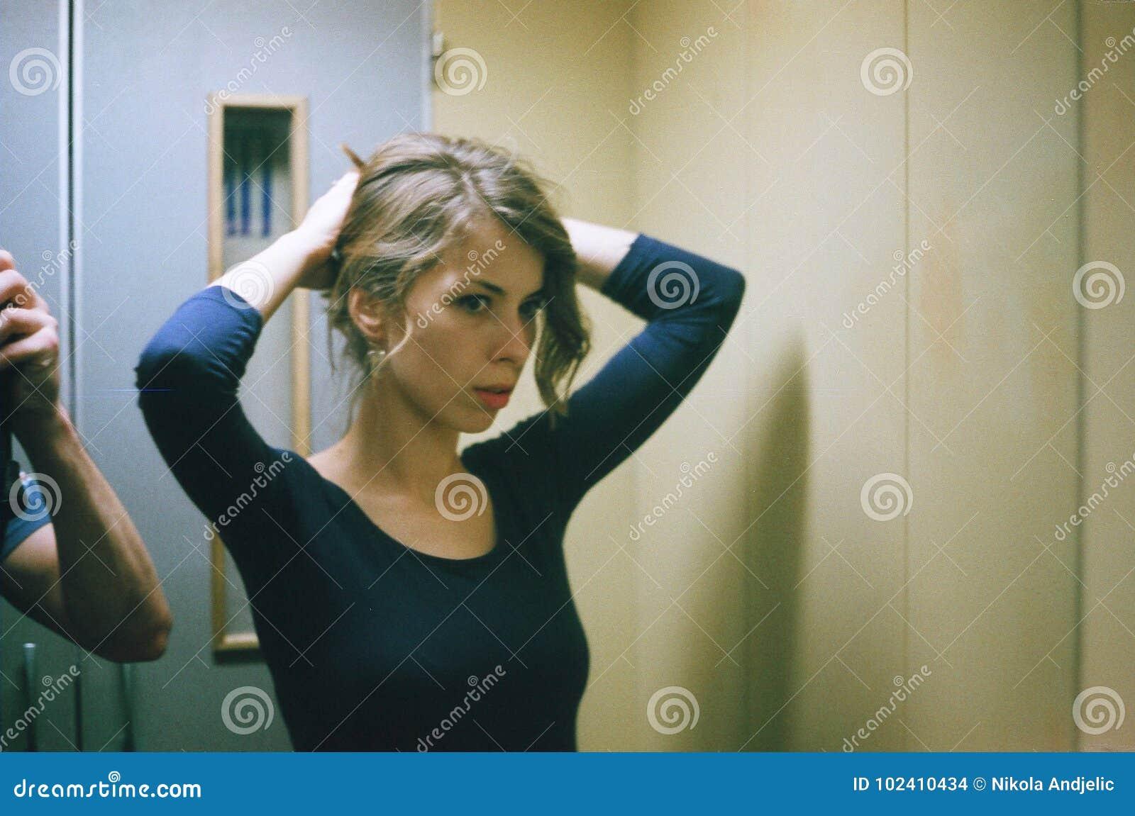 Ung kvinna i hiss