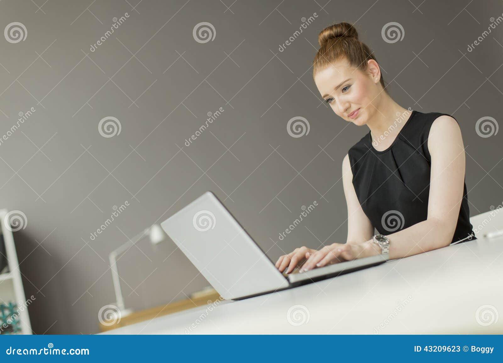 Download Ung kvinna i kontoret fotografering för bildbyråer. Bild av ockupation - 43209623