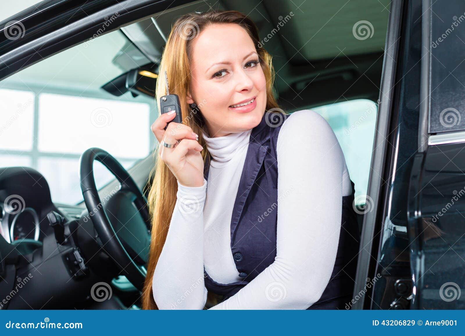 Download Ung Kvinna I Plats Av Automatiskn I Bilåterförsäljare Fotografering för Bildbyråer - Bild av avtal, konsultera: 43206829