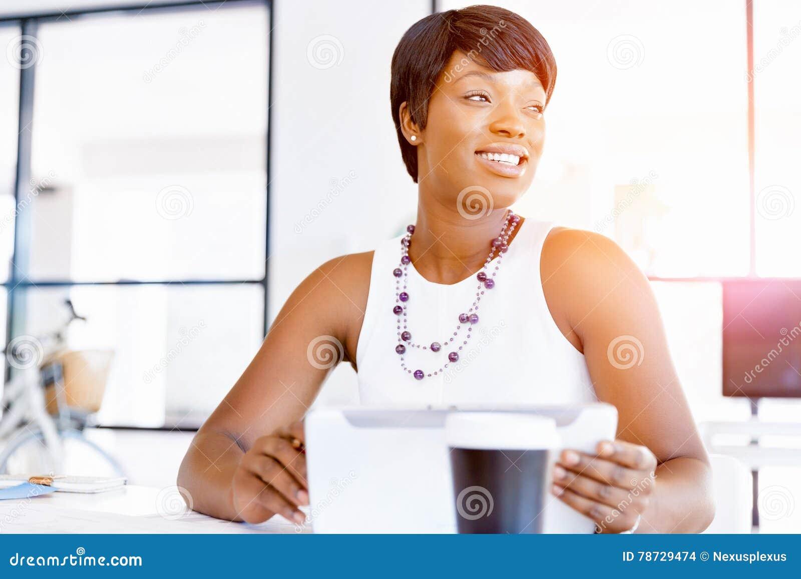Ung kvinna i regeringsställning som använder minnestavlan