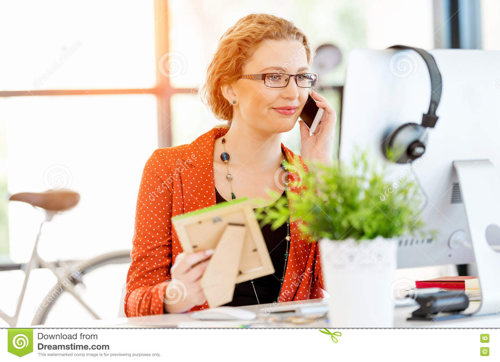 Ung kvinna i regeringsställning som rymmer en fotoram
