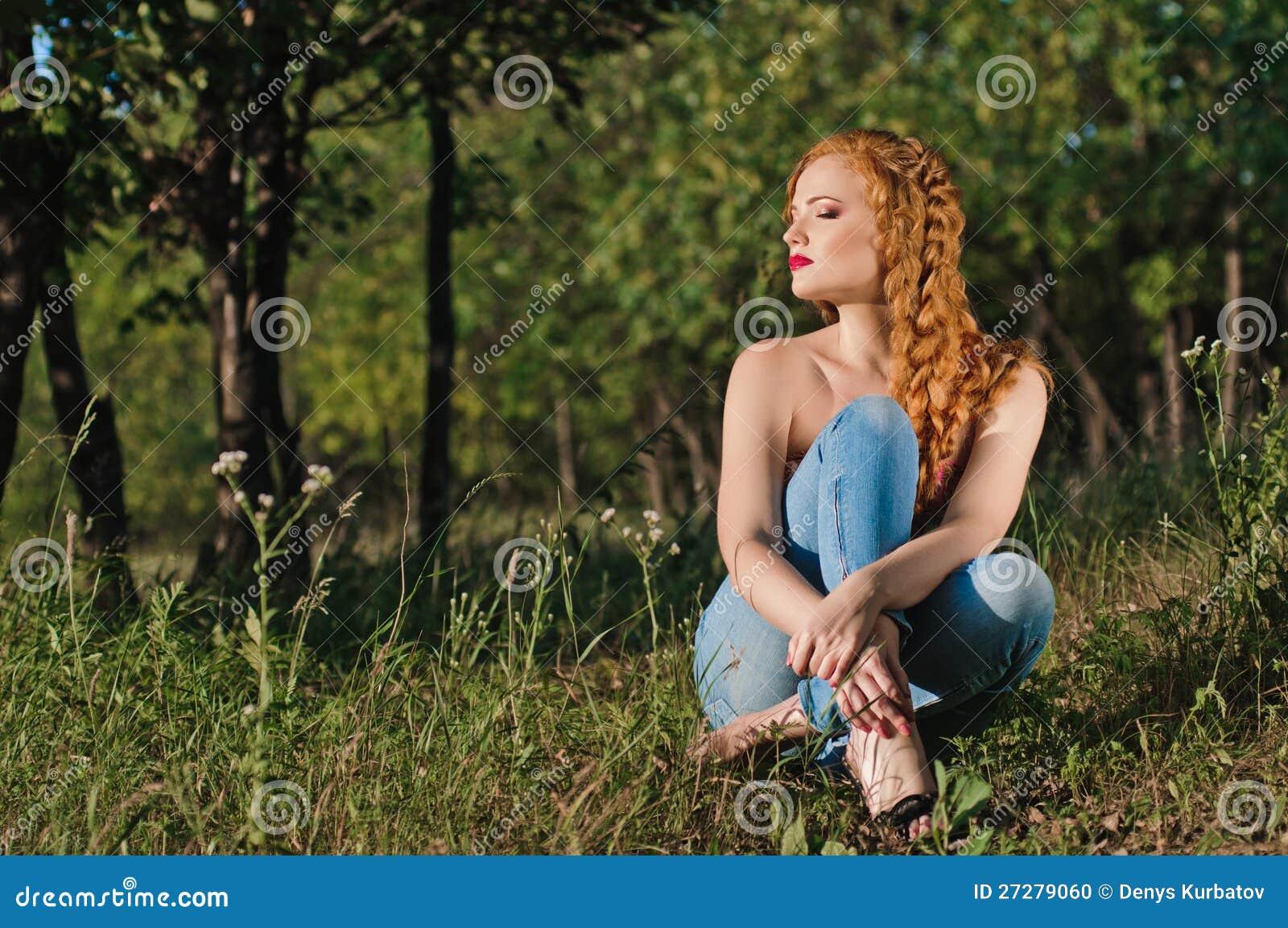 Ung kvinna i skogen