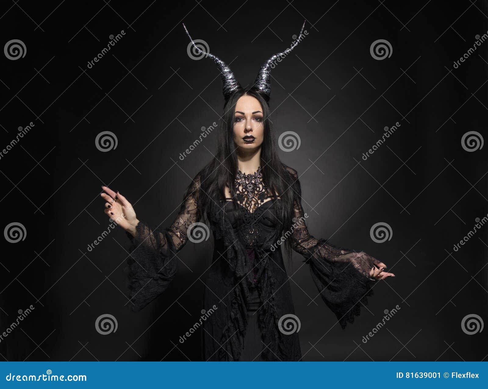 Ung kvinna i svart fantasidräkt