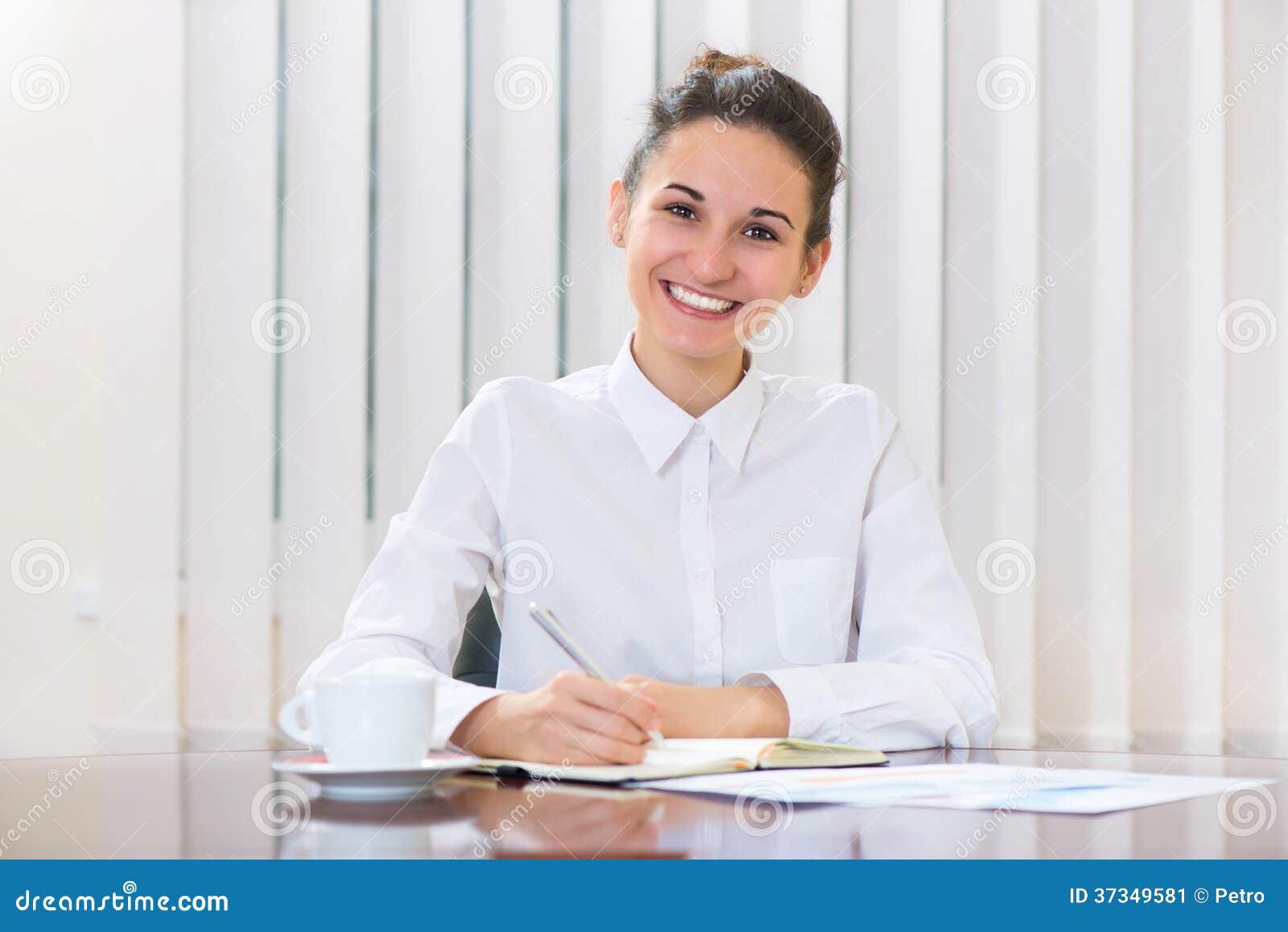 Ung kvinna i vitt sammanträde på tabellen