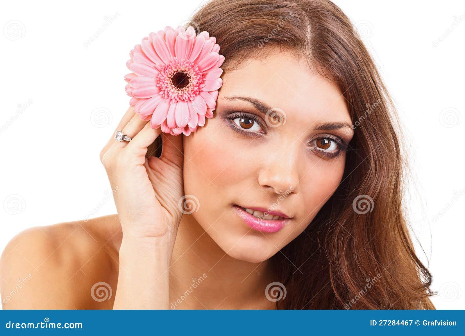 Ung kvinna med blommor
