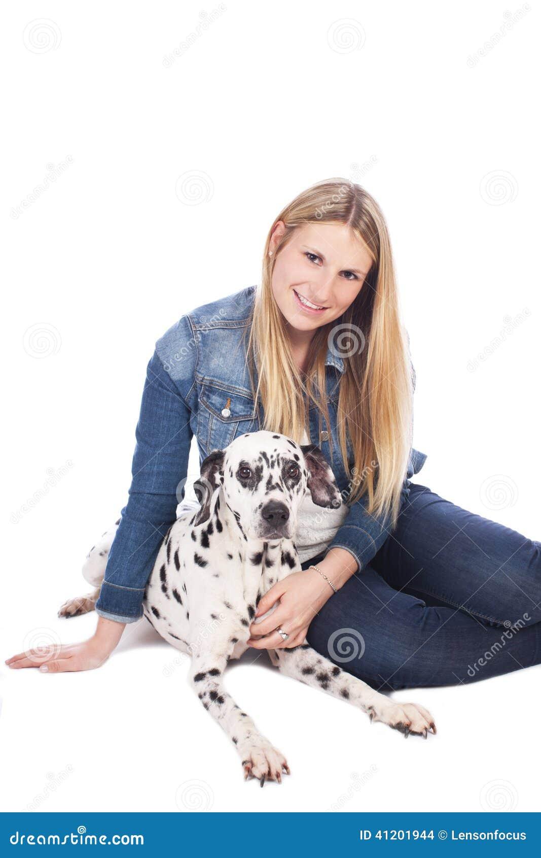 Ung kvinna med den dalmatian hunden
