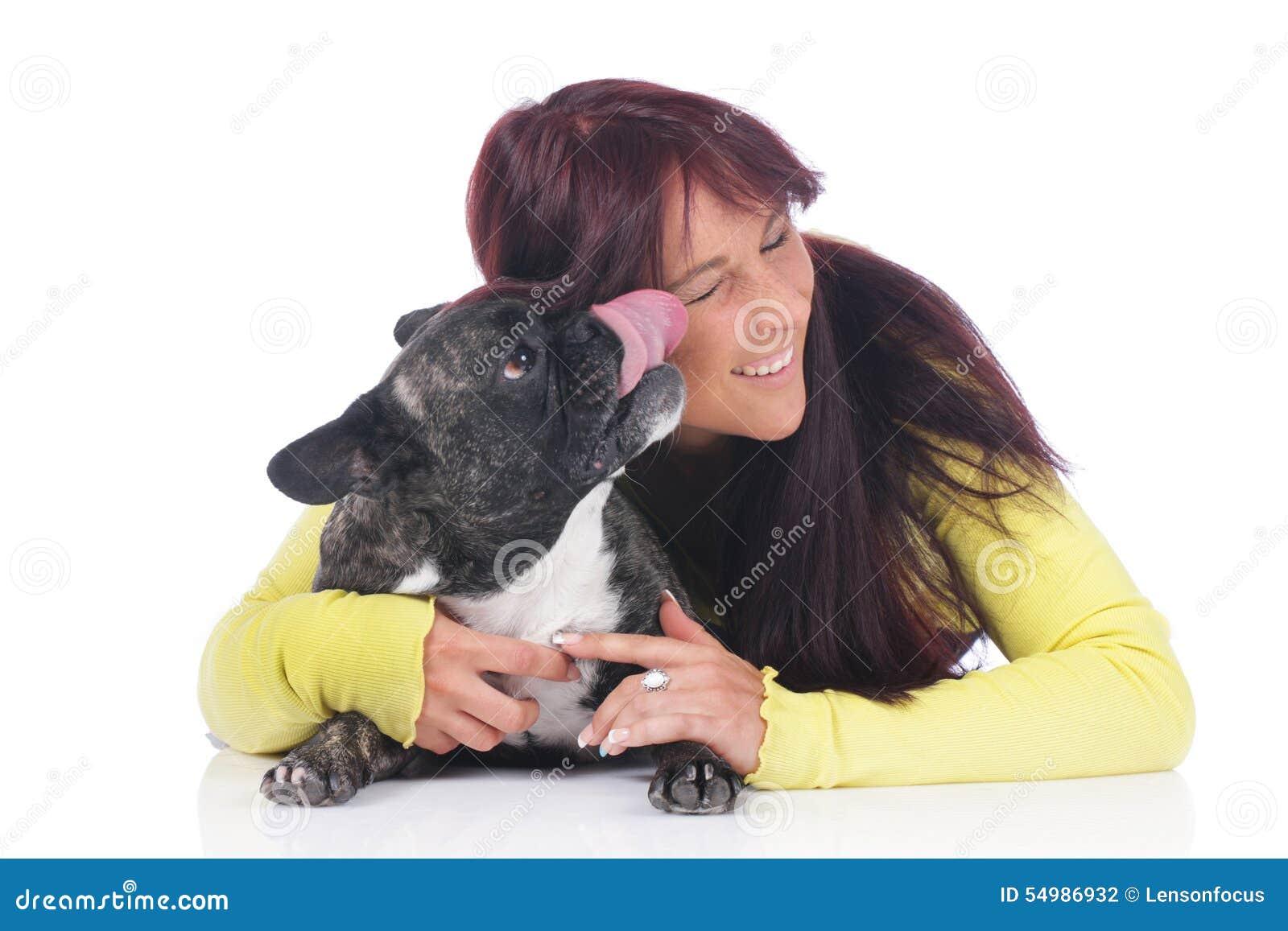 Ung kvinna med den franska bulldoggen
