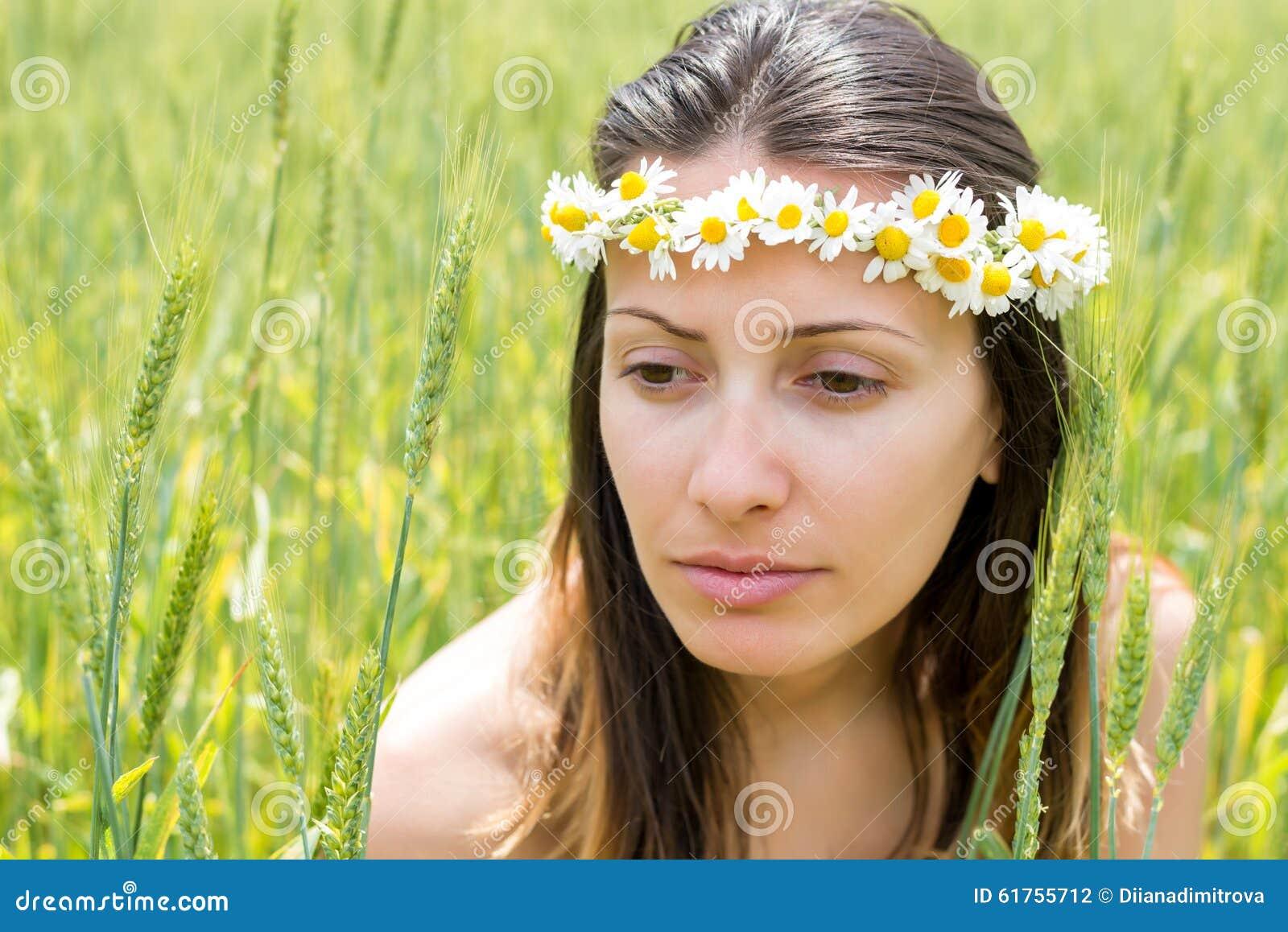 Ung kvinna med en krans på hennes huvud