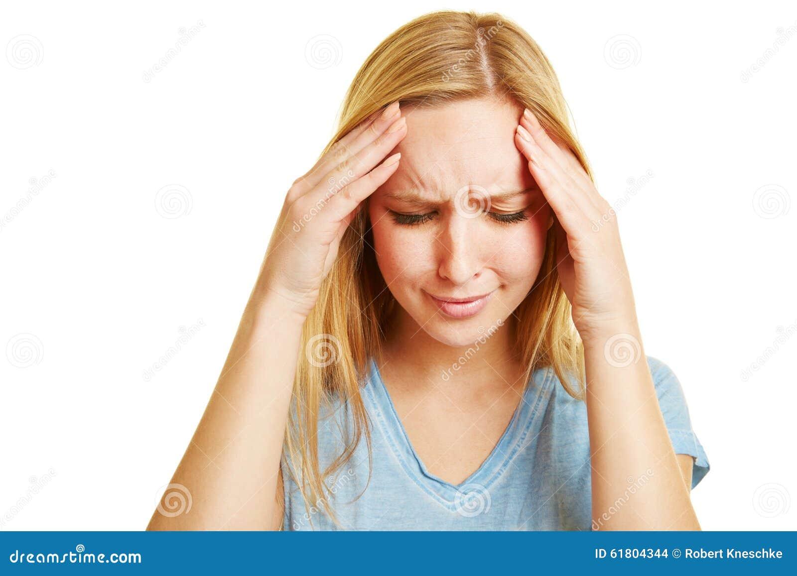 Ung kvinna med huvudvärk