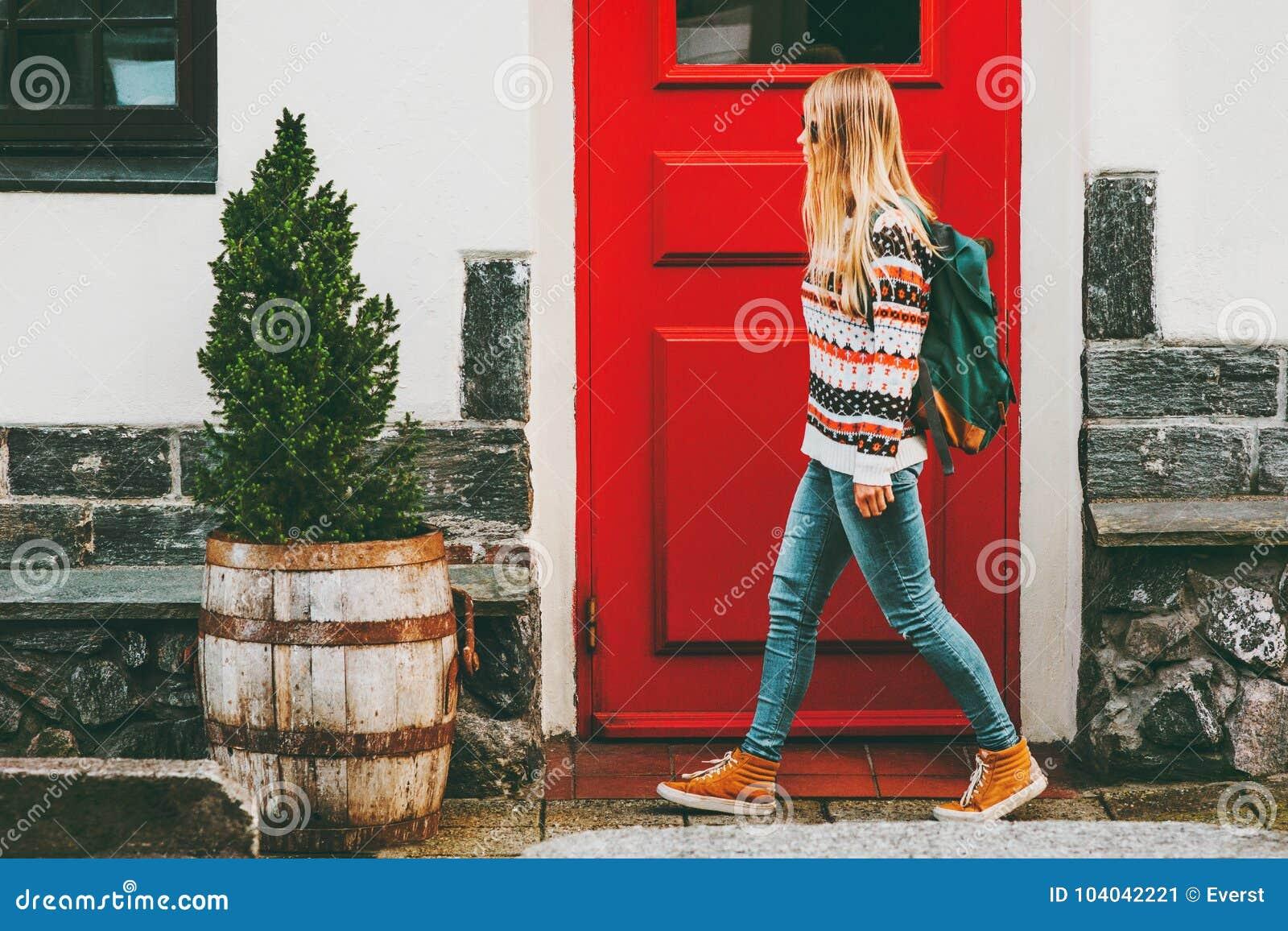 Ung kvinna med ryggsäcken som går i stad