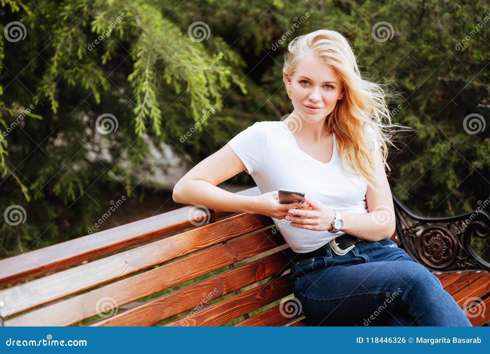 Ung kvinna, mot grön bakgrund