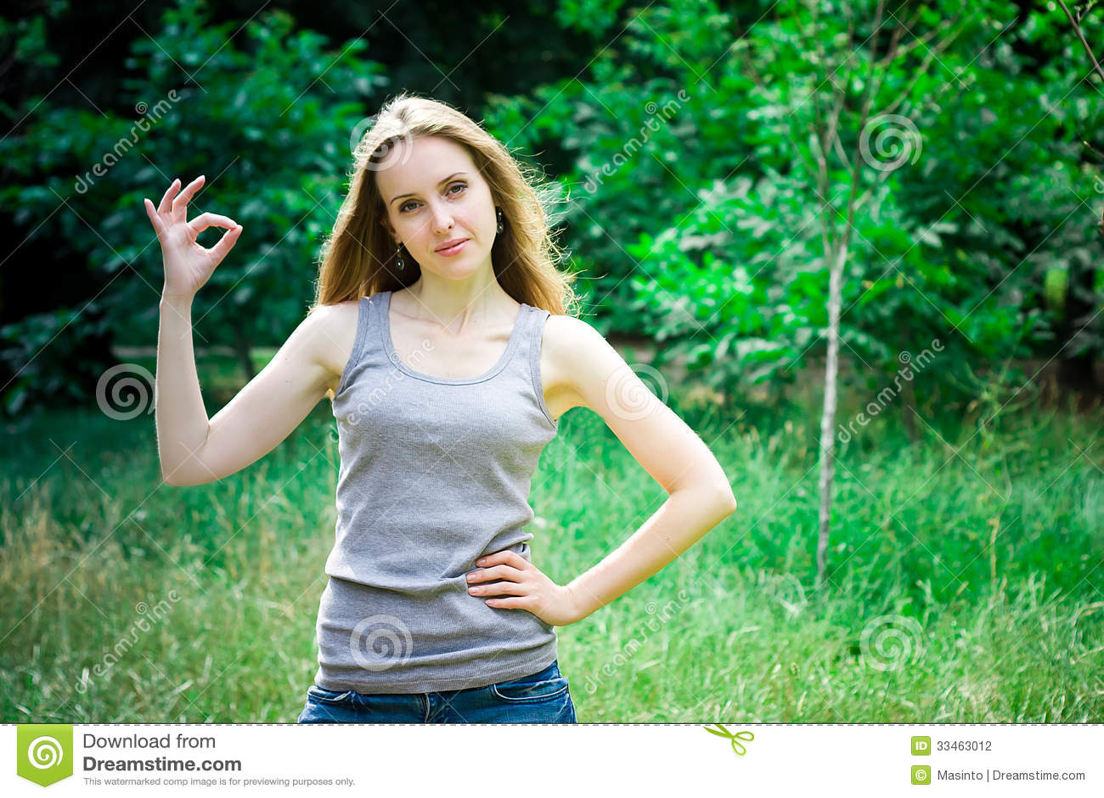 Ung kvinna, ok tecken