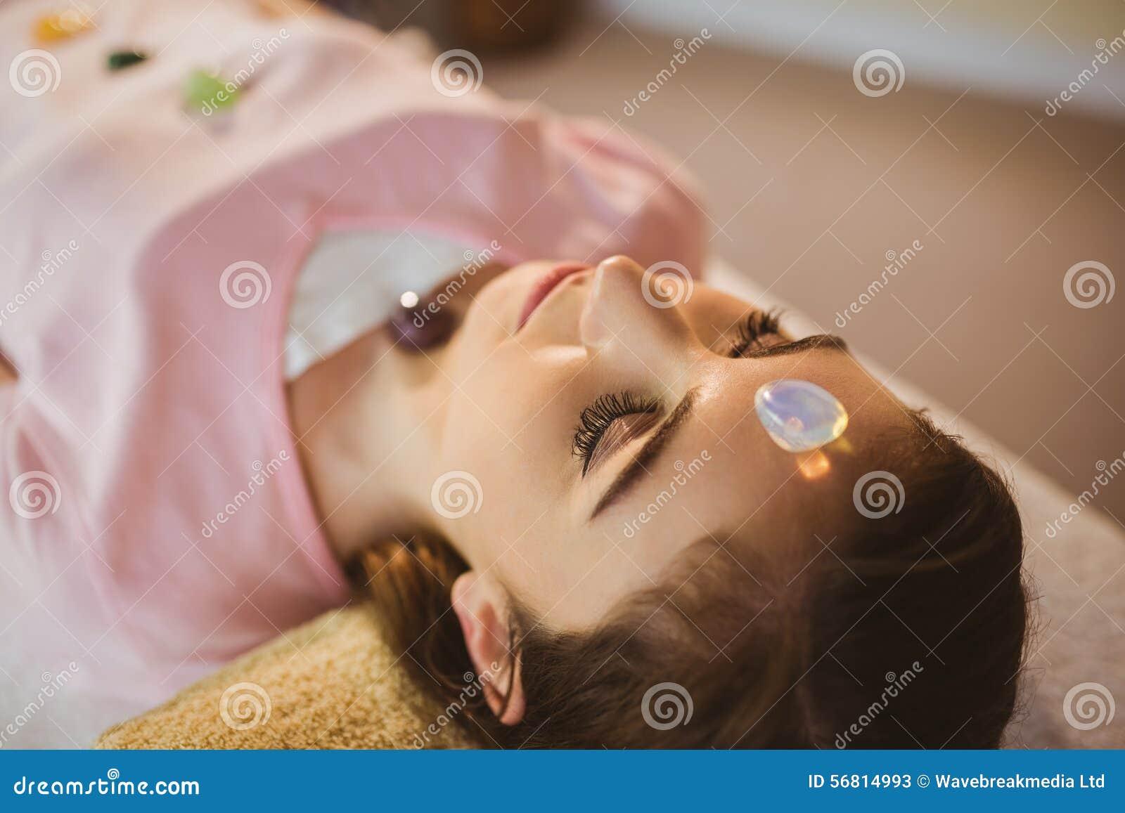 Ung kvinna på den crystal läka perioden