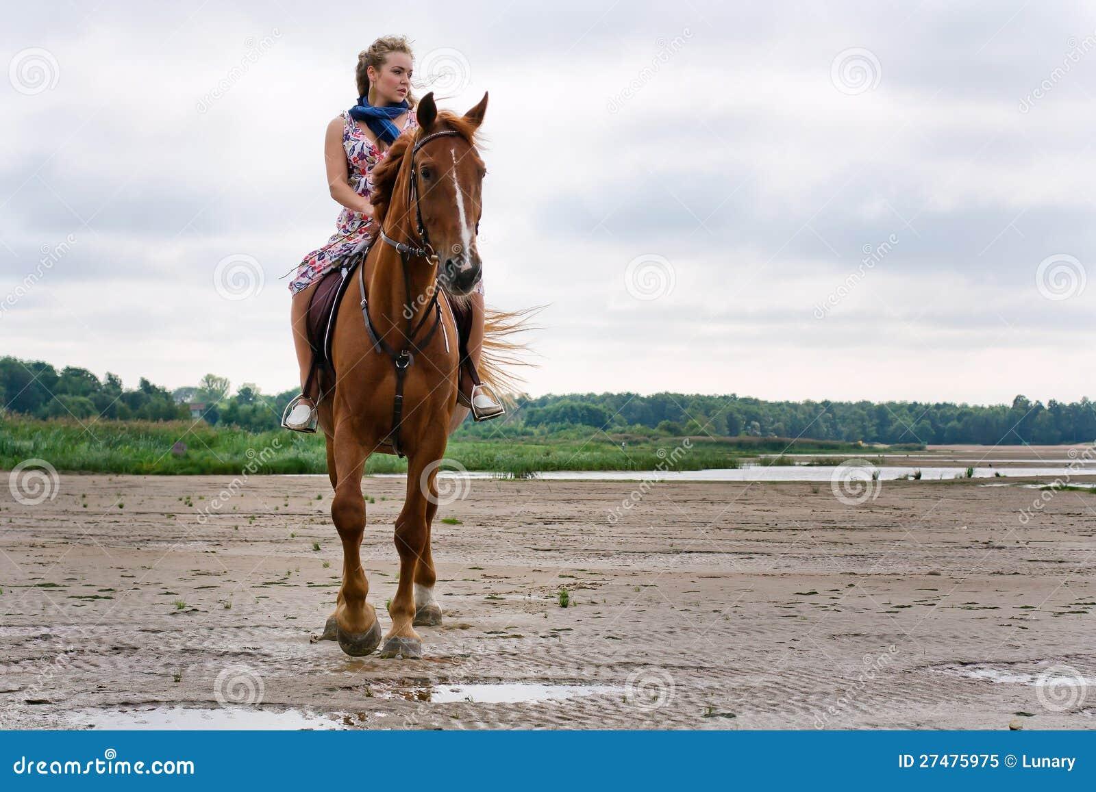 Ung kvinna på en häst