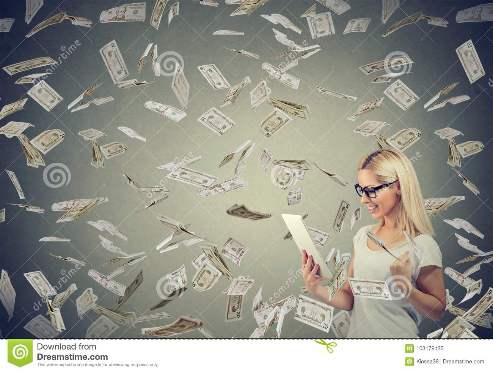 Ung kvinna som använder en minnestavla som bygger online-pengar för affärsförtjänst under kassa som ner faller