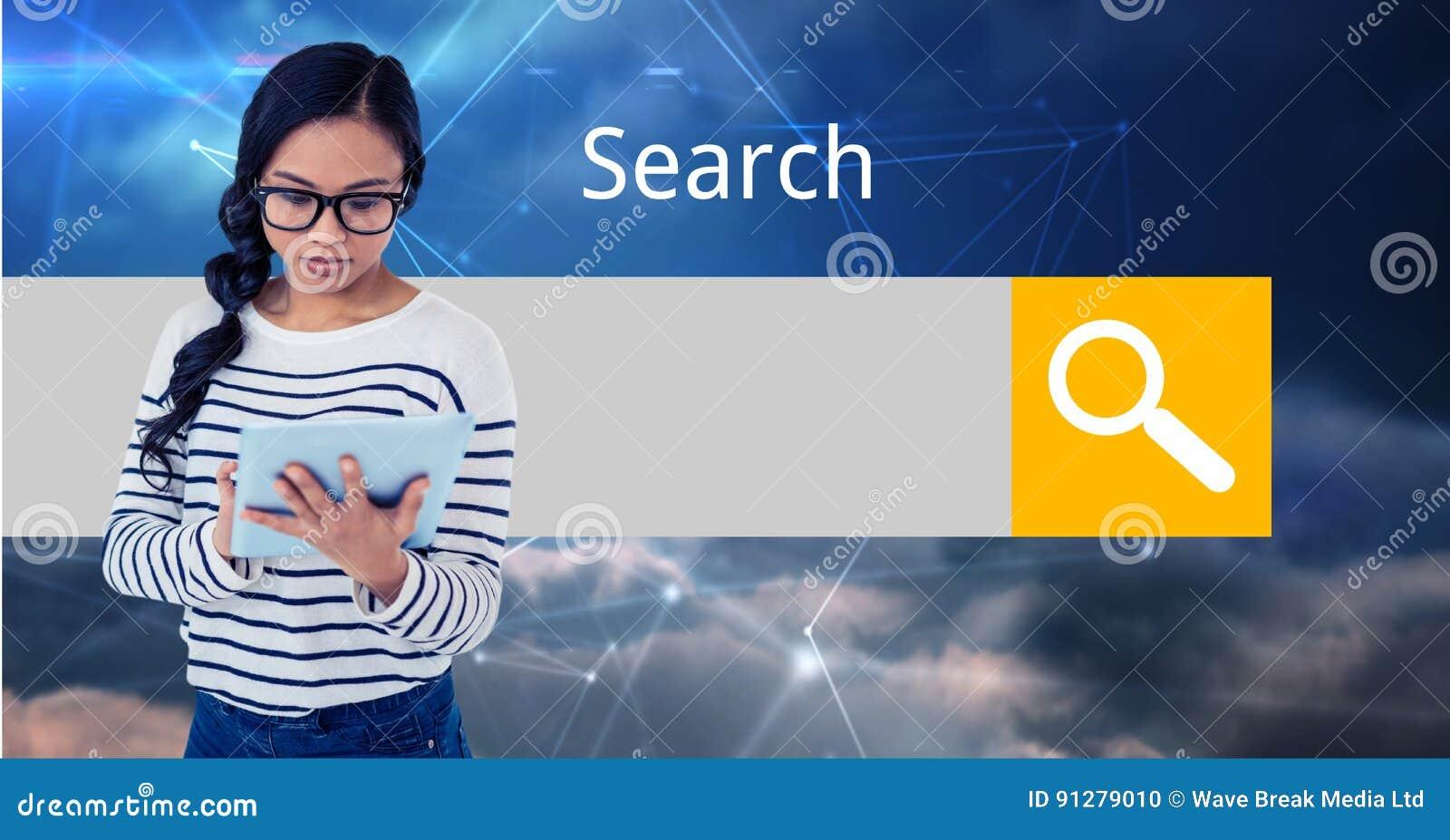 Ung kvinna som använder minnestavlaPC med skärmen i bakgrund