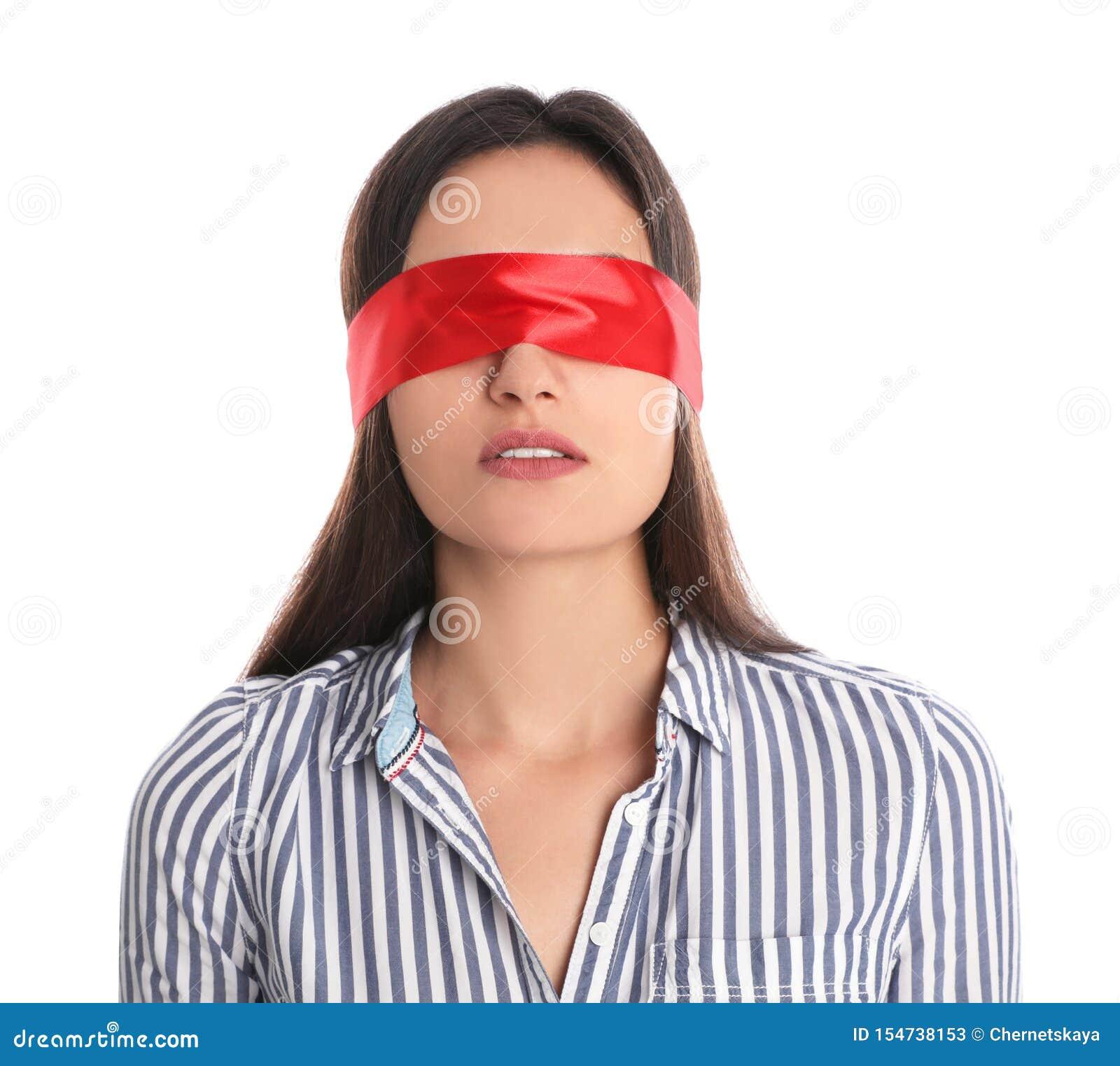 Ung kvinna som bär den röda ögonbindeln på vit