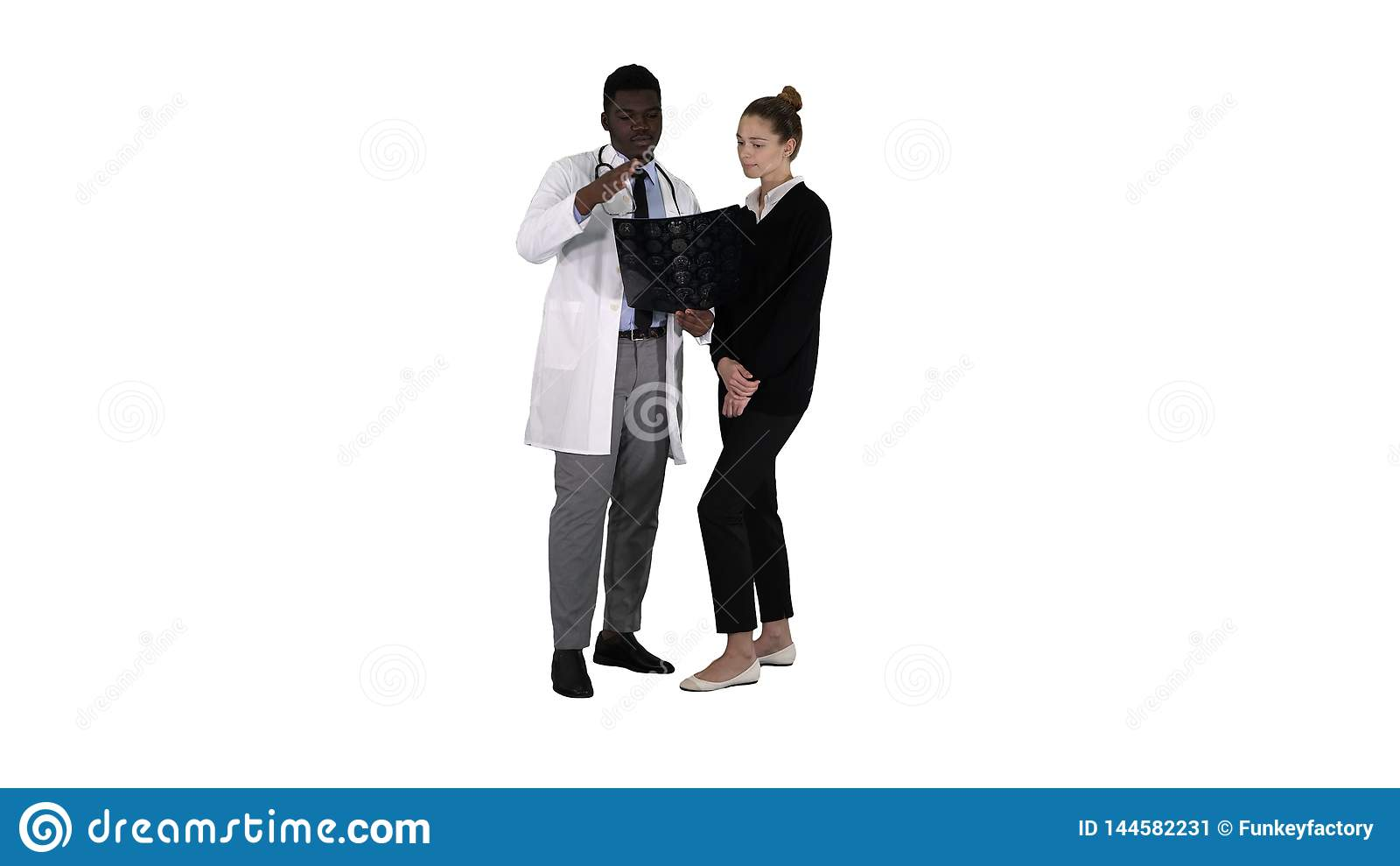 Ung kvinna som besöker radiologen för röntgenstråleexamen av hennes hjärna på vit bakgrund