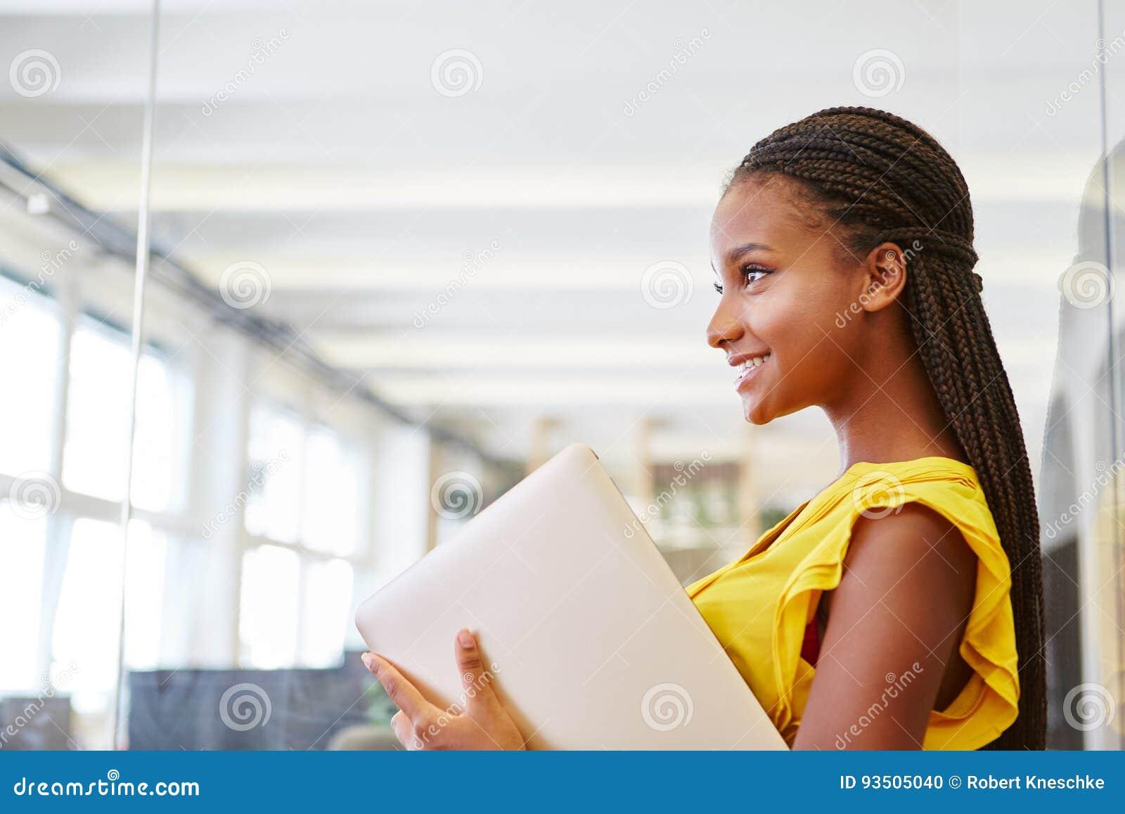Ung kvinna som deltagare i utbildning