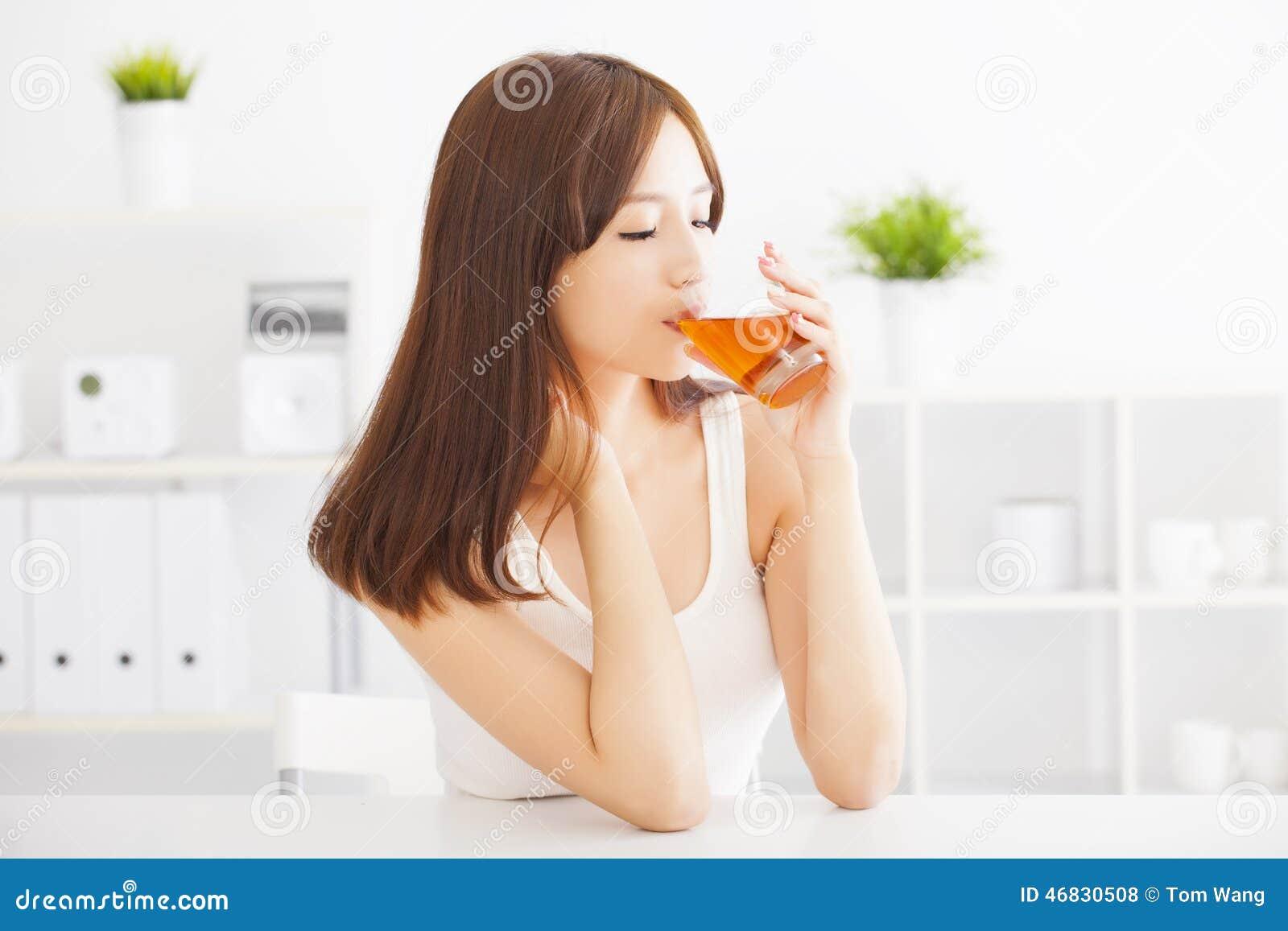 Ung kvinna som dricker hoad tea