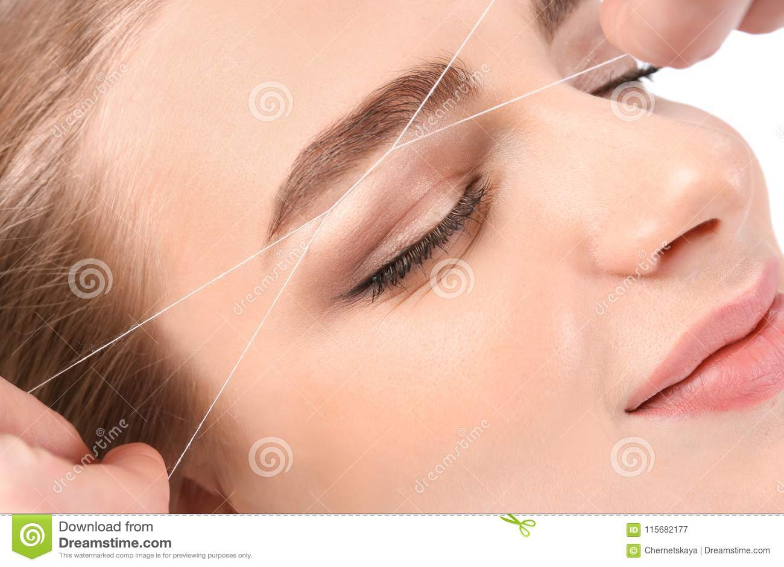 Ung kvinna som har yrkesmässig ögonbrynkorrigering