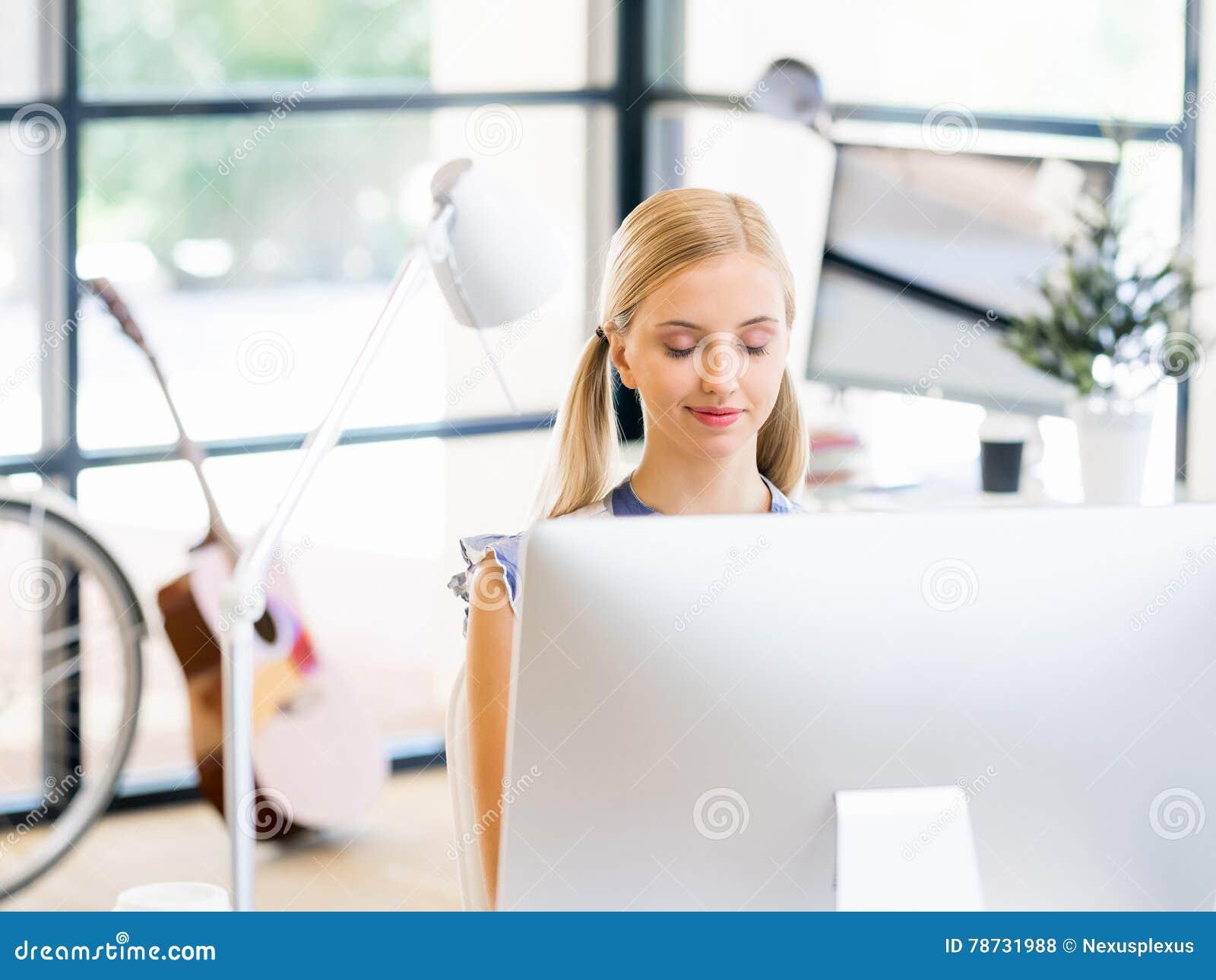 Ung kvinna som i regeringsställning fungerar