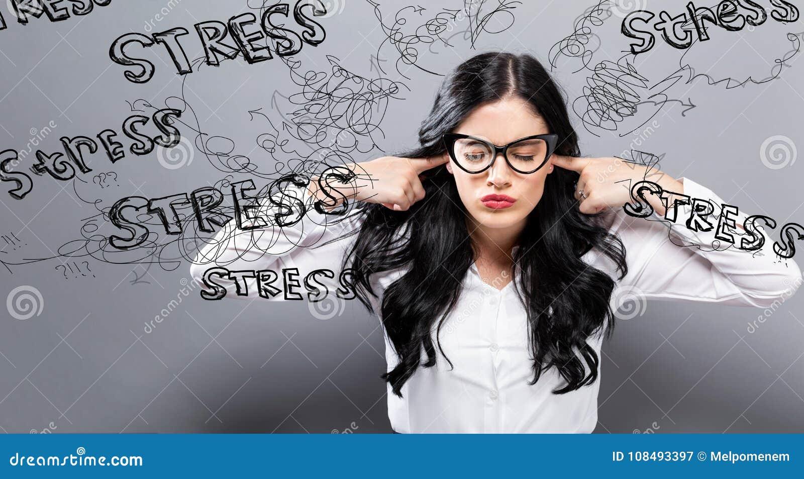 Ung kvinna som känner sig stressad
