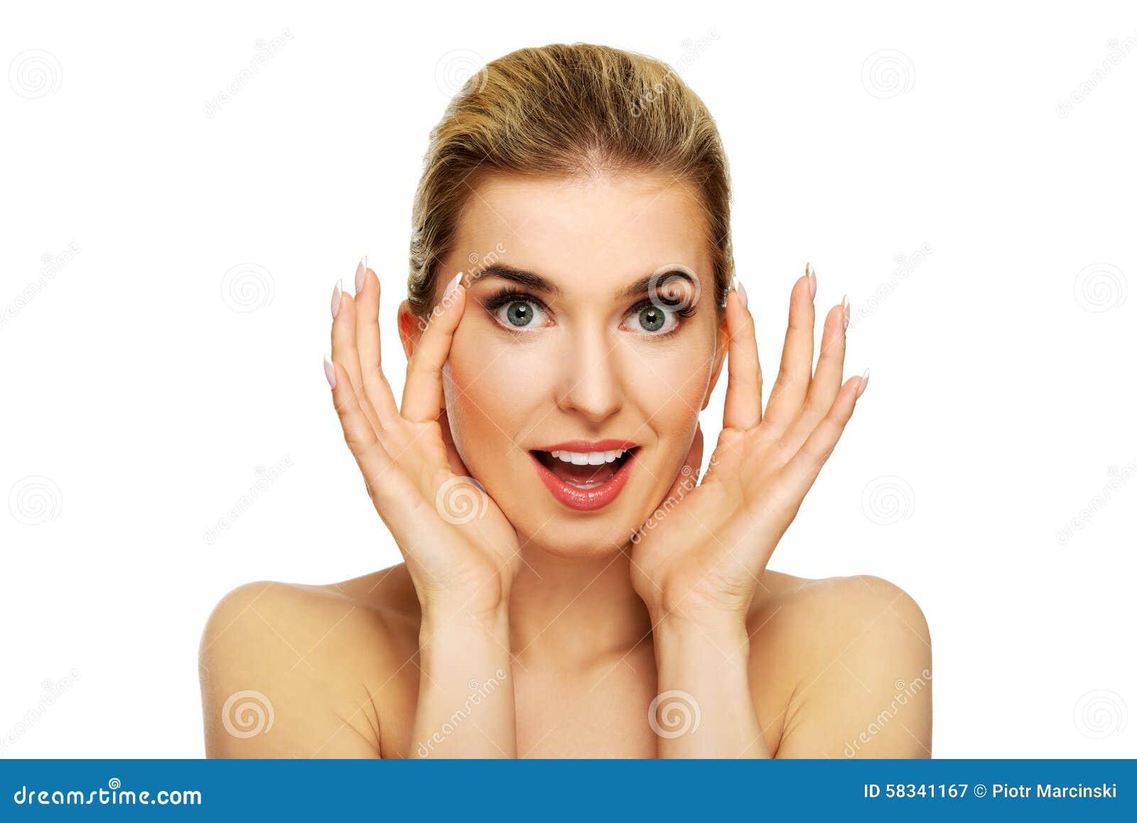 Ung kvinna som kontrollerar skrynklor på hennes panna