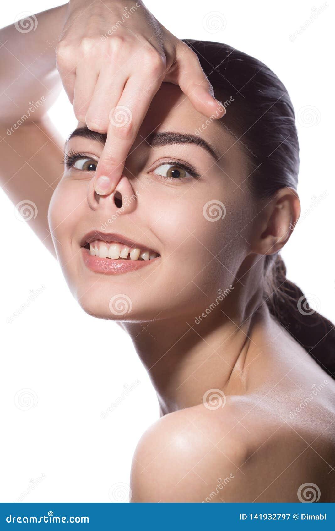 Ung kvinna som ler göra svin den roliga framsidan