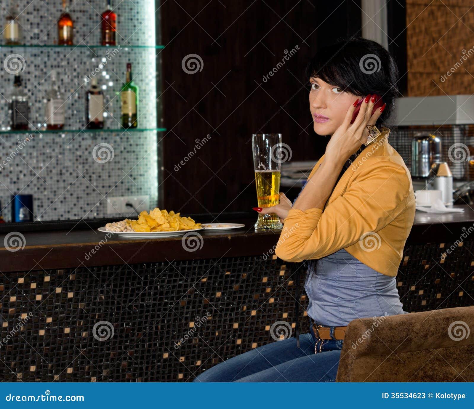Ung kvinna som lyssnar till en påringning