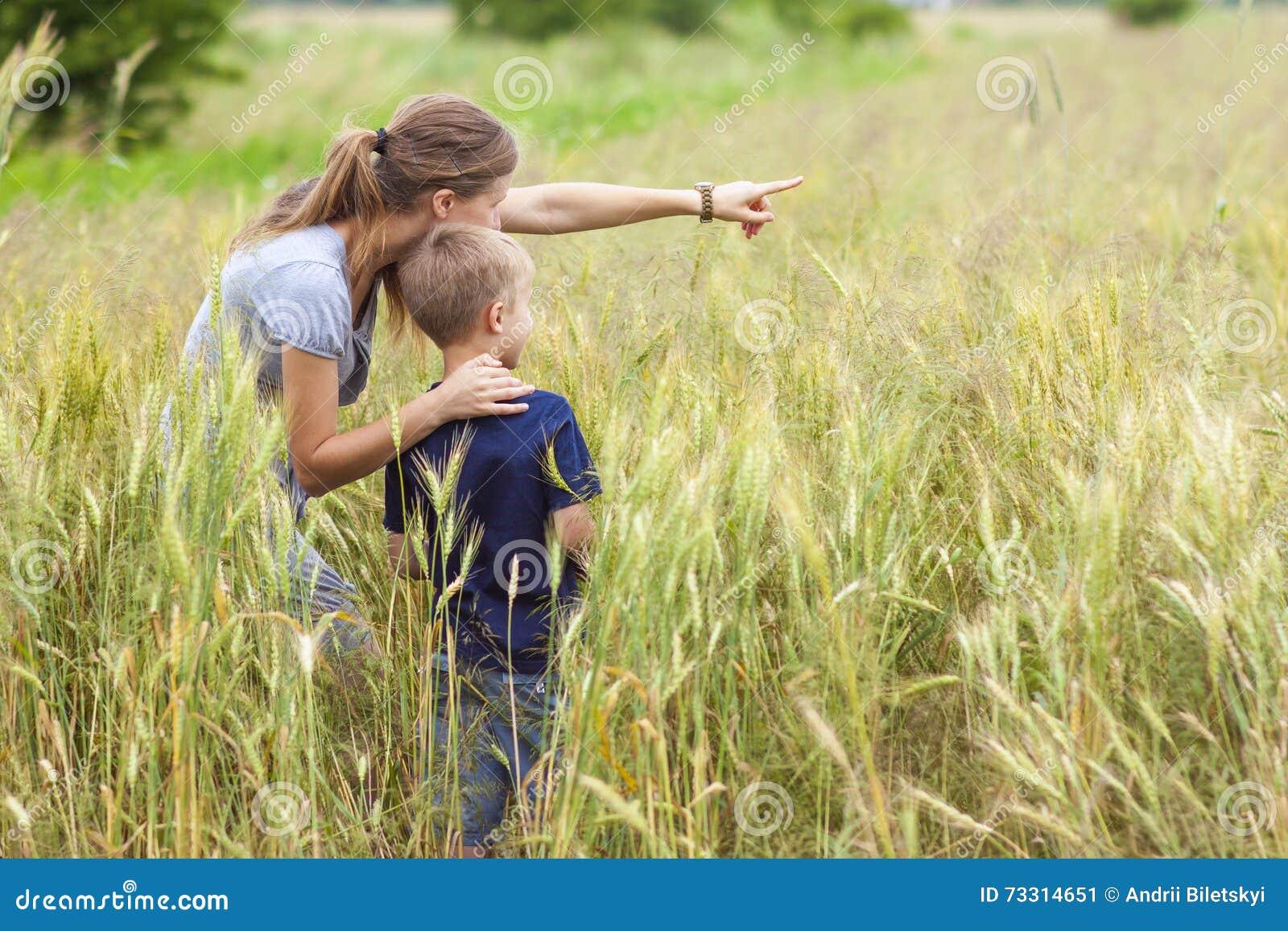 Ung kvinna som pekar handen och pysen hennes sonanseende i whe